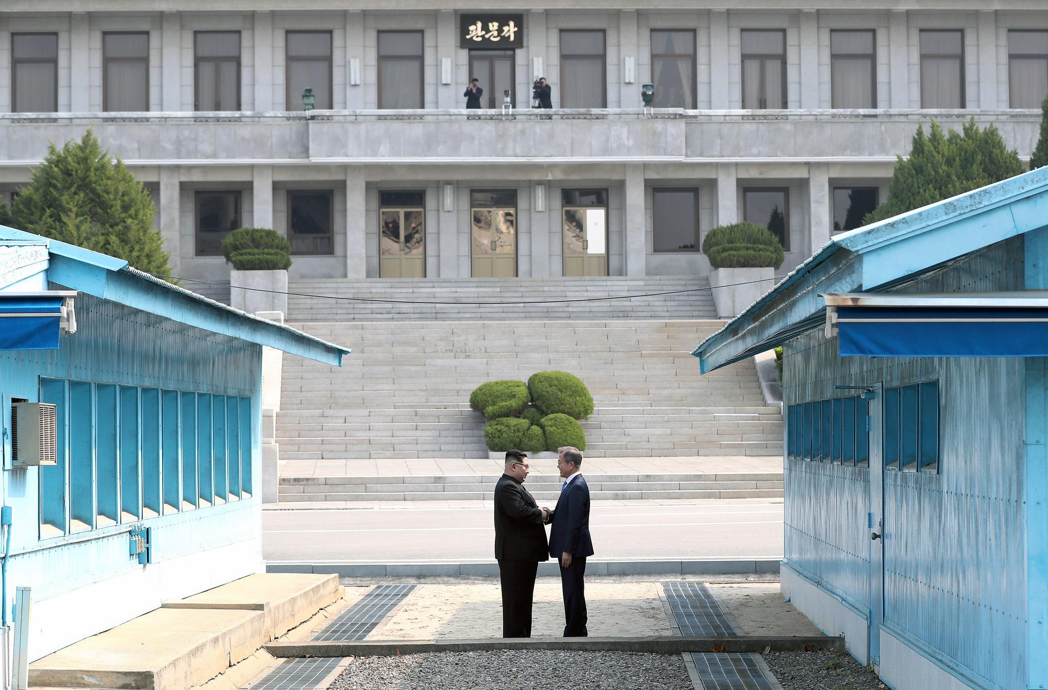 Severokorejský vůdce Kim Čong-un a jihokorejský prezident Mun Če-in se mezitím znovu setkali (foto z jejich prvního setkání 27. dubna 2018)
