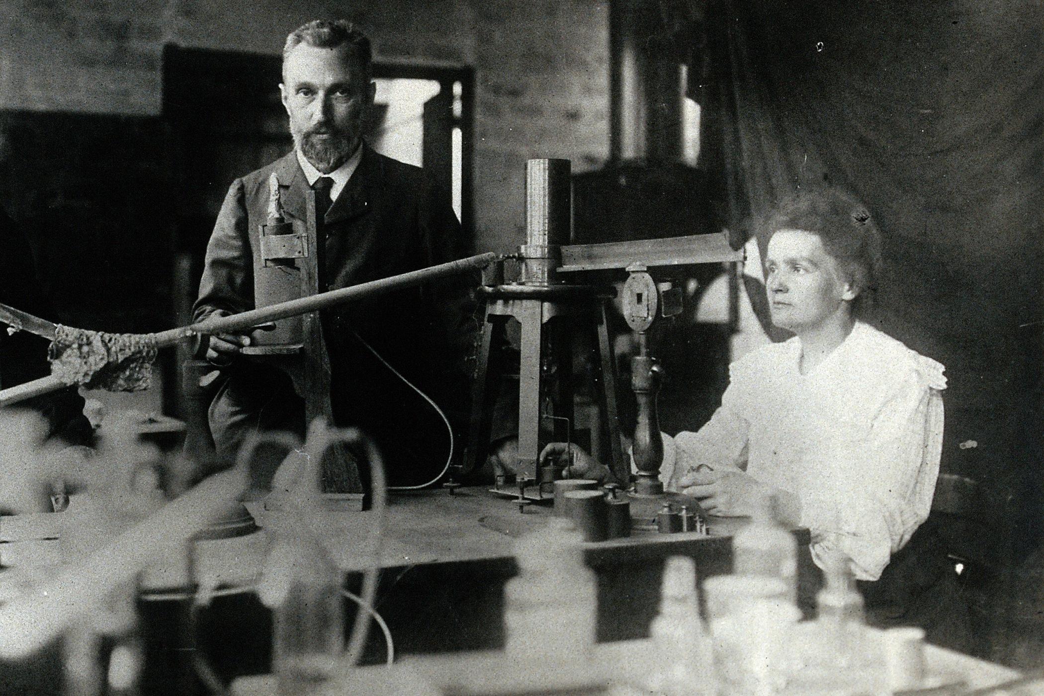 Marie Curie-Skłodowská a Pierre Curie ve své laboratoři v Paříži