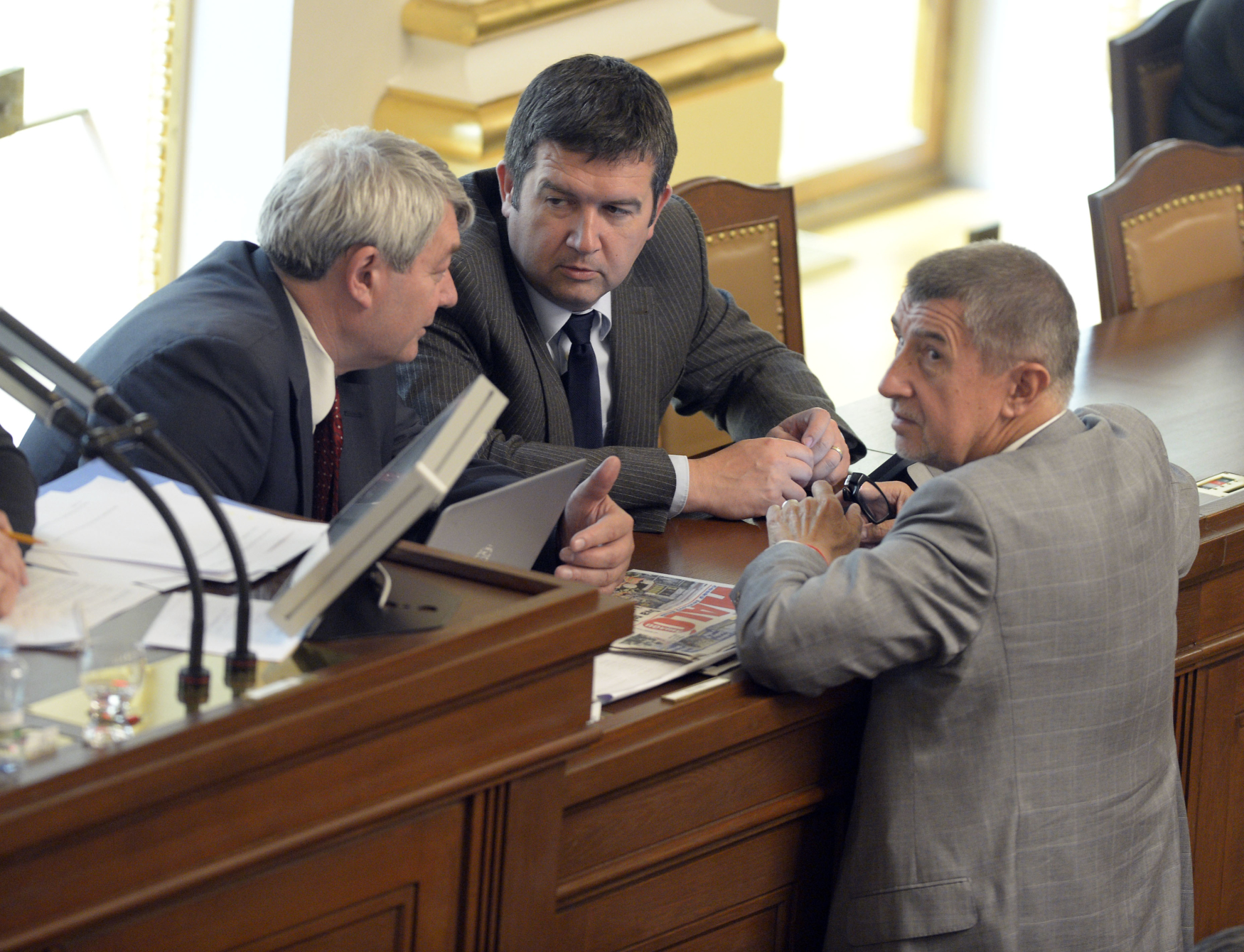 Zasedání Poslanecké sněmovny, zleva předseda KSČM Vojtěch Filip, předseda ČSSD Jan Hamáček a předseda ANO Andrej Babiš
