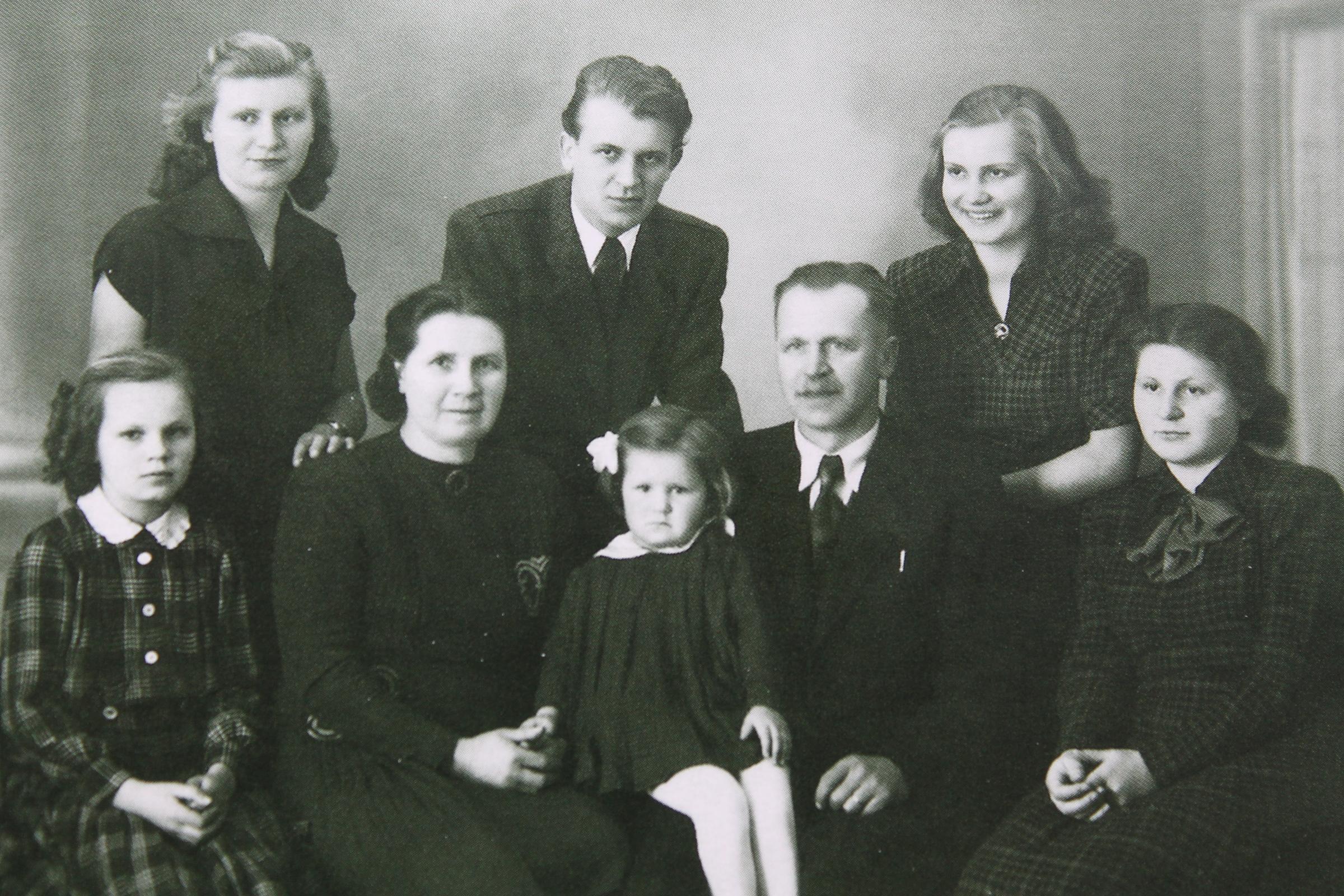 Rodinné foto Lukášových, zleva nahoře: Věra, Jan, Marie, rodiče, zleva dole: Lydie, Olinka, Eva
