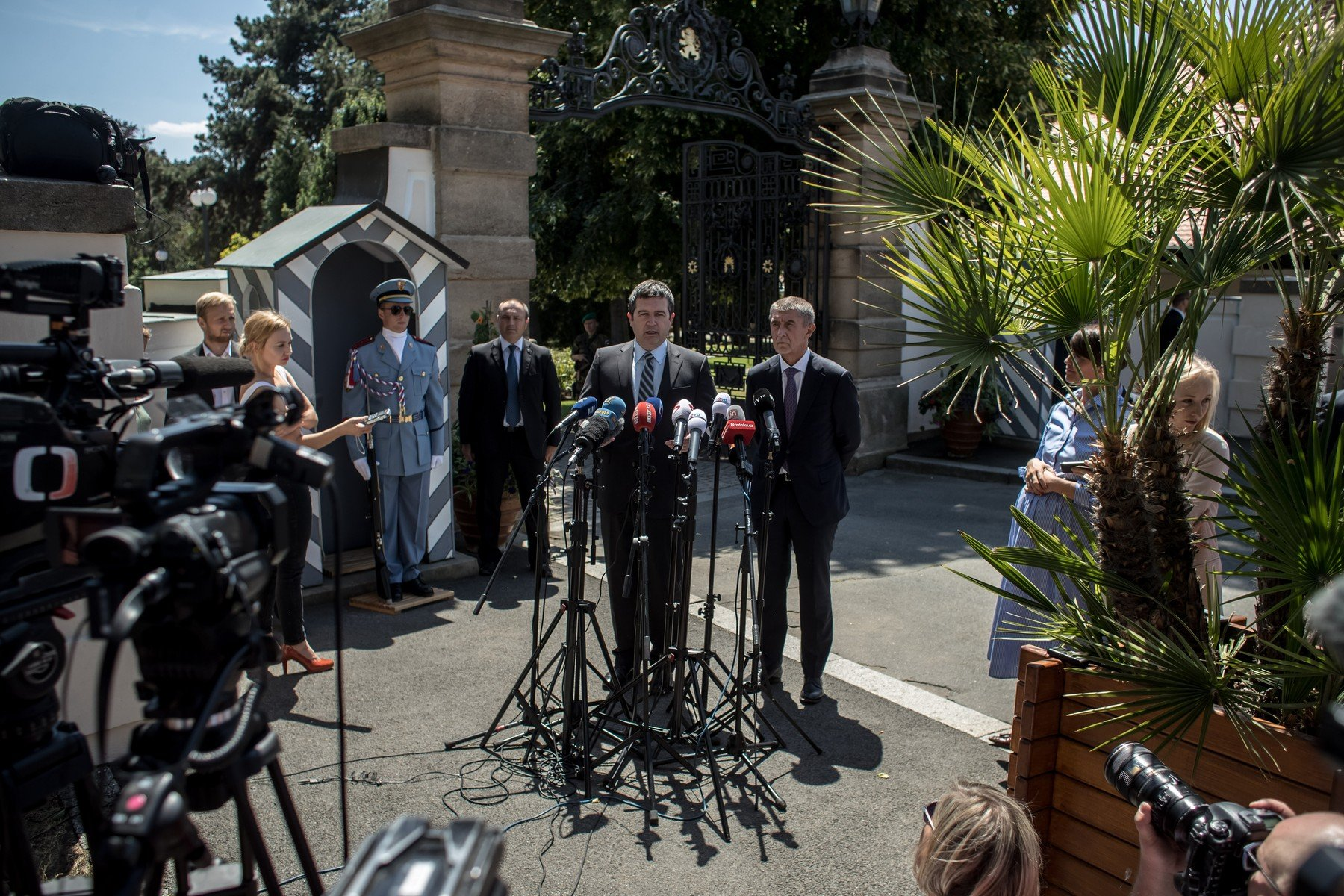 Předseda ČSSD Jan Hamáček a premiér Andrej Babiš po setkání s prezidentem Milošem Zemanem v Lánech
