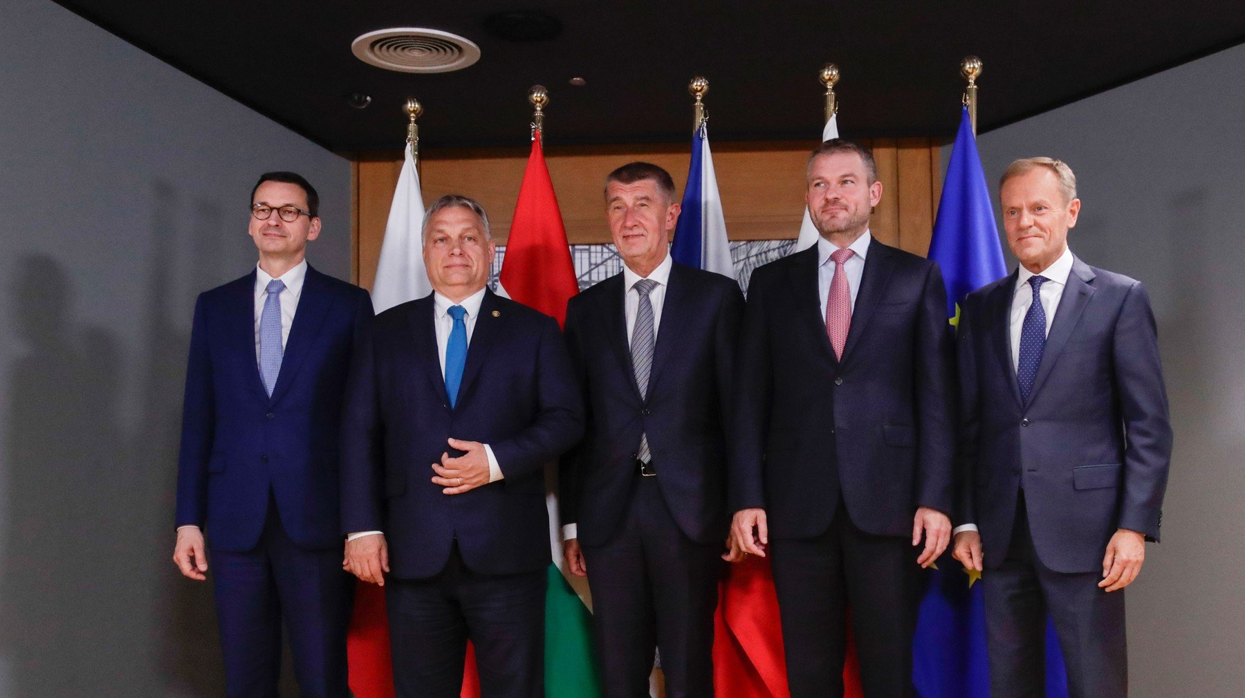 Zleva polský premiér Mateusz Morawiecki, maďarský premiér Viktor Orban, premiér ČR Andrej Babis, premiér SR Peter Pellegrini a prezident Evropské rady Donald Tusk před summitem Evropské unie v Bruselu