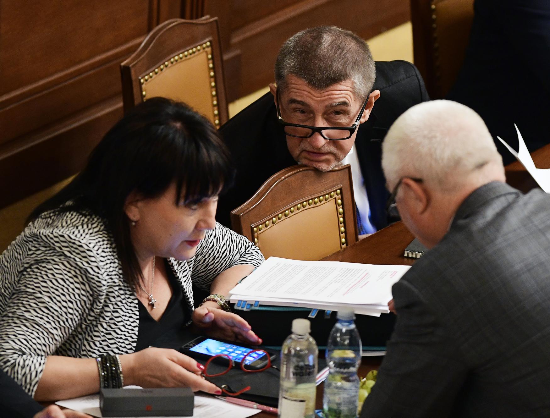 Zleva ministryně financí Alena Schillerová, premiér Andrej Babiš a předseda poslaneckého klubu ANO Jaroslav Faltýnek