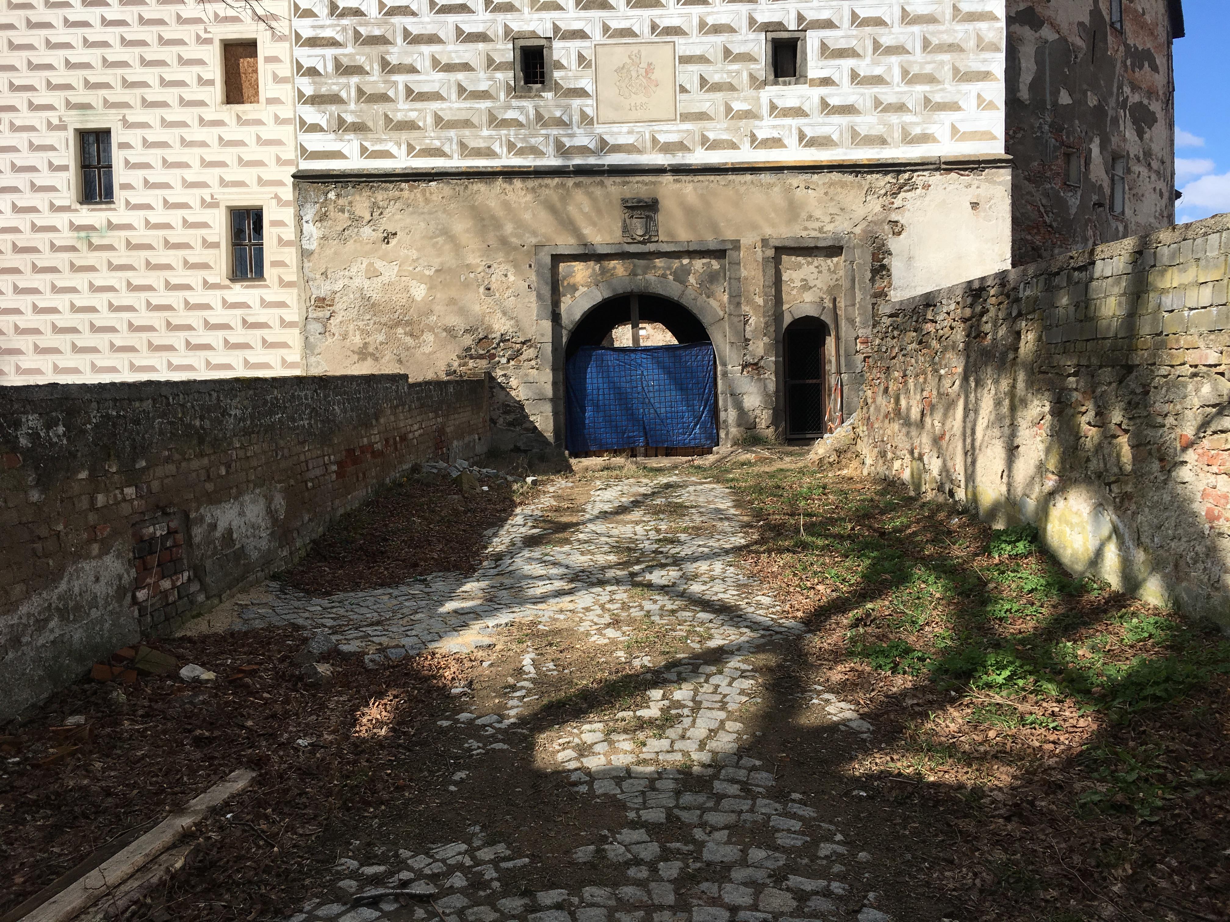 Vchod do zámku v Rožmitále pod Třemšínem
