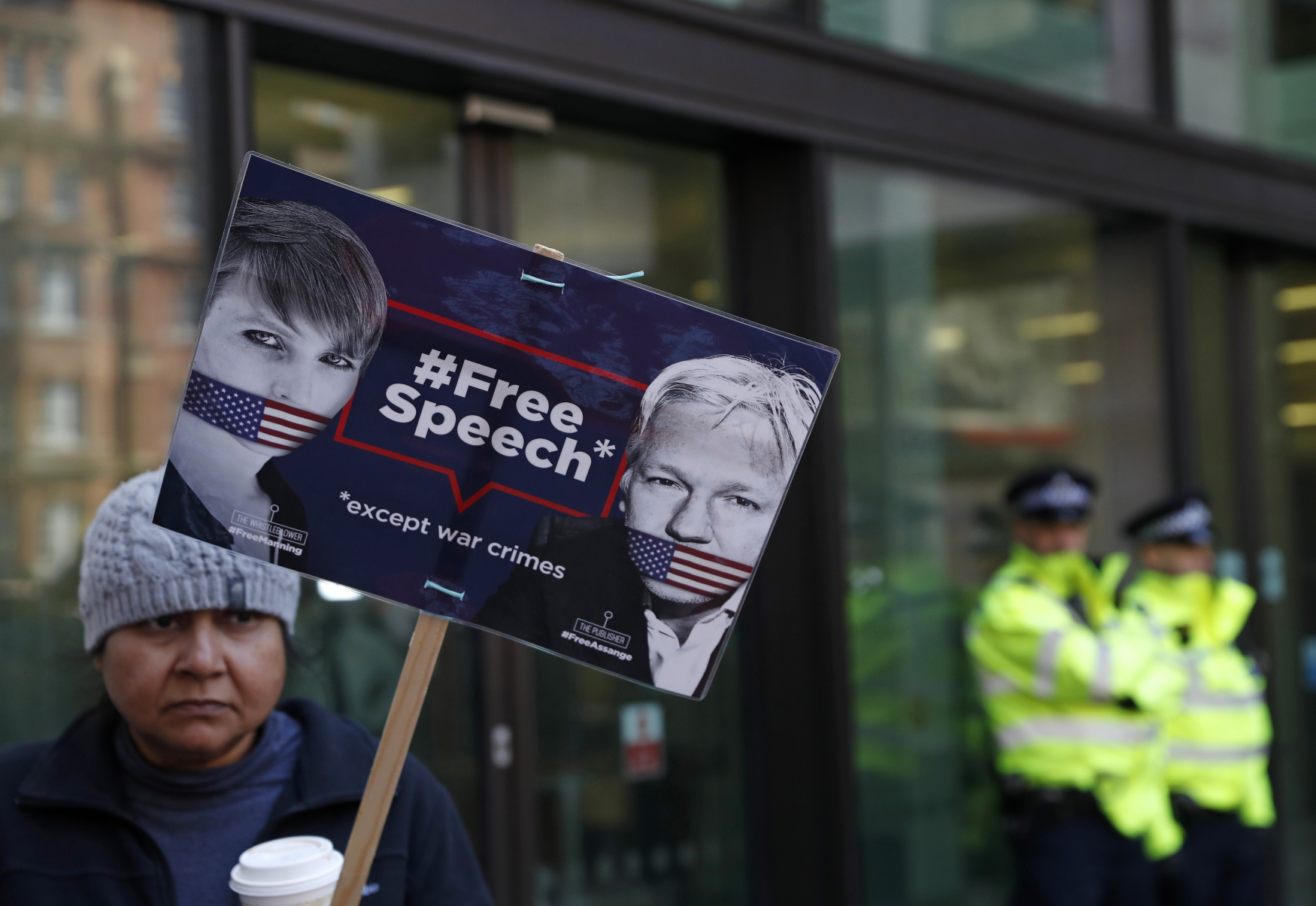 Protest před soudem ve Westminsteru, který má rozhodnout o vydání Assange do USA