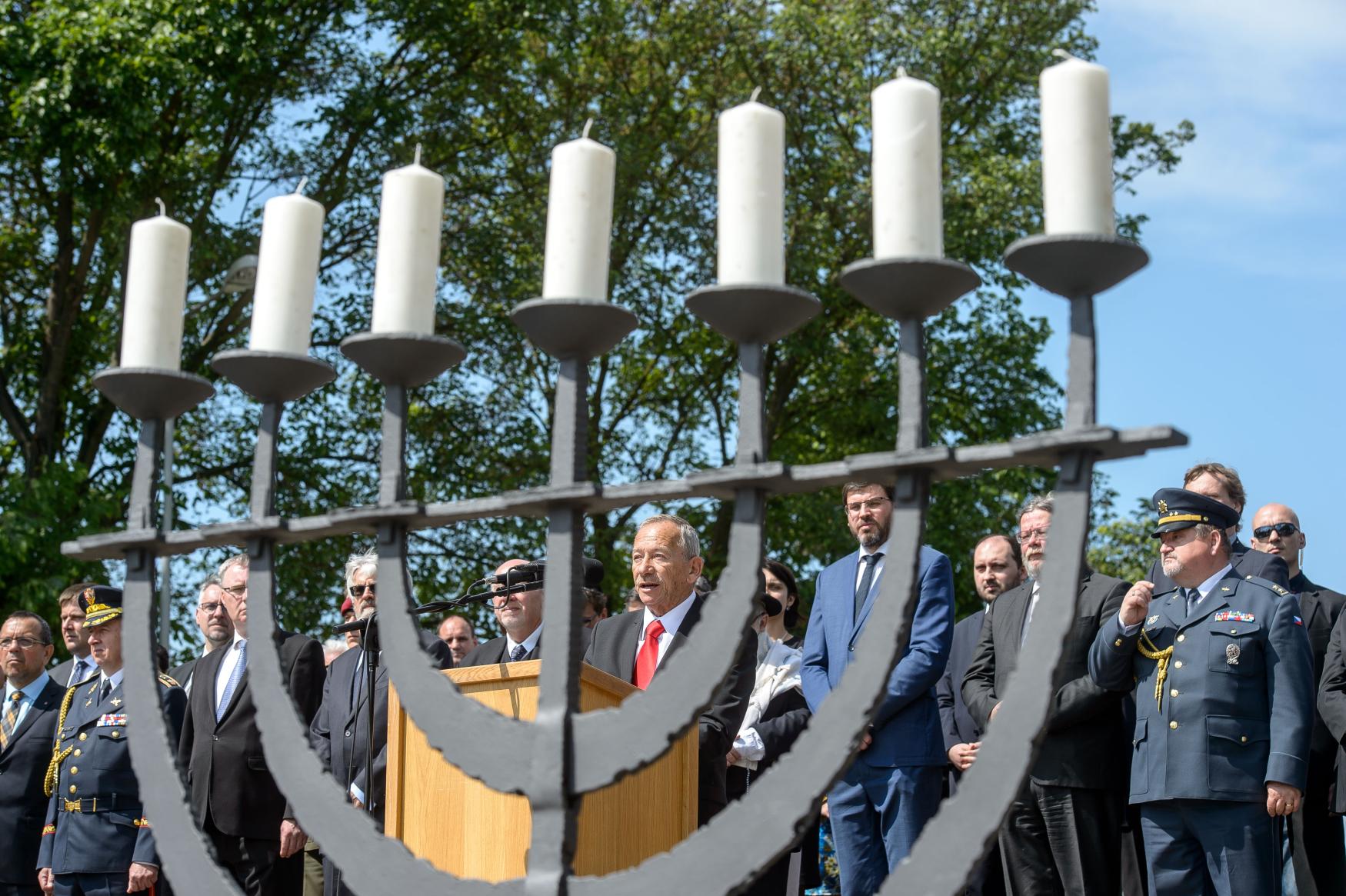 Předseda Senátu Jaroslav Kubera hovoří při tryzně za oběti nacistické perzekuce  na Národním hřbitově v Terezíně