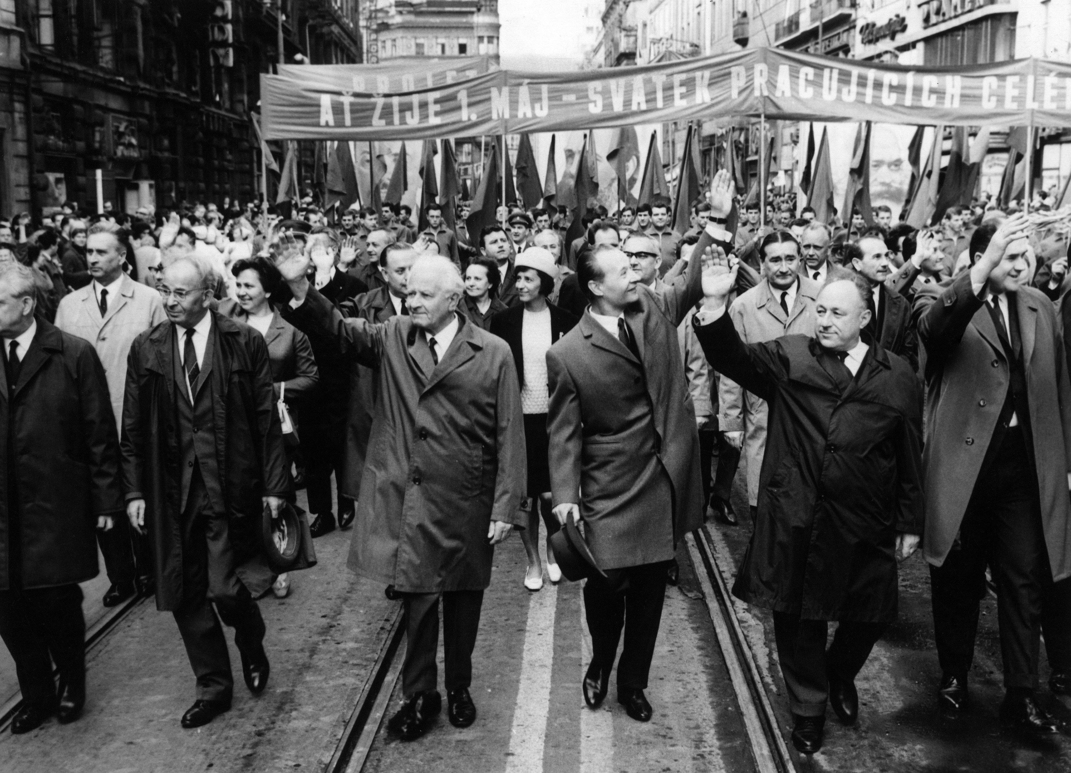 Gustáv Husák, Ludvík Svoboda, Alexander Dubček a František Kriegel v prvomájovém průvodu v roce 1968