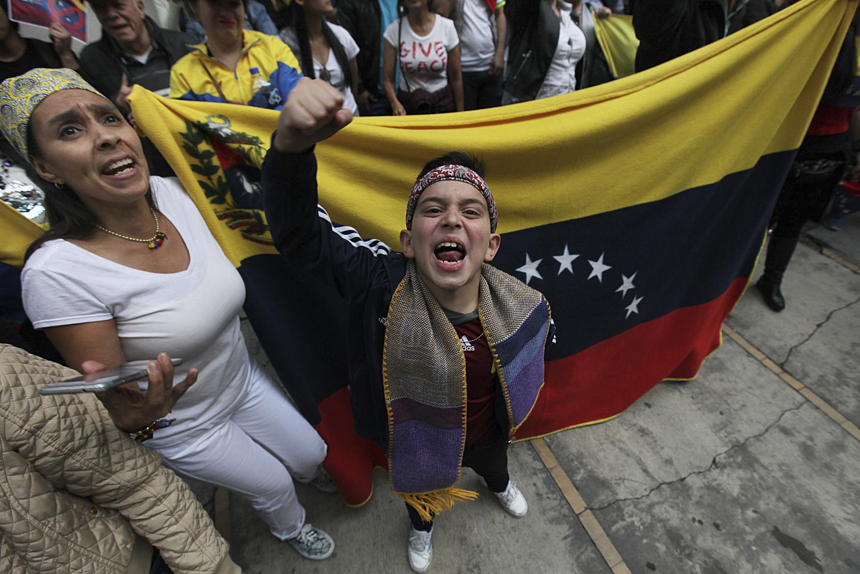 Protesty proti venezuelskému prezidentovi Nicolasi Madurovi před ambasádou v Mexico City