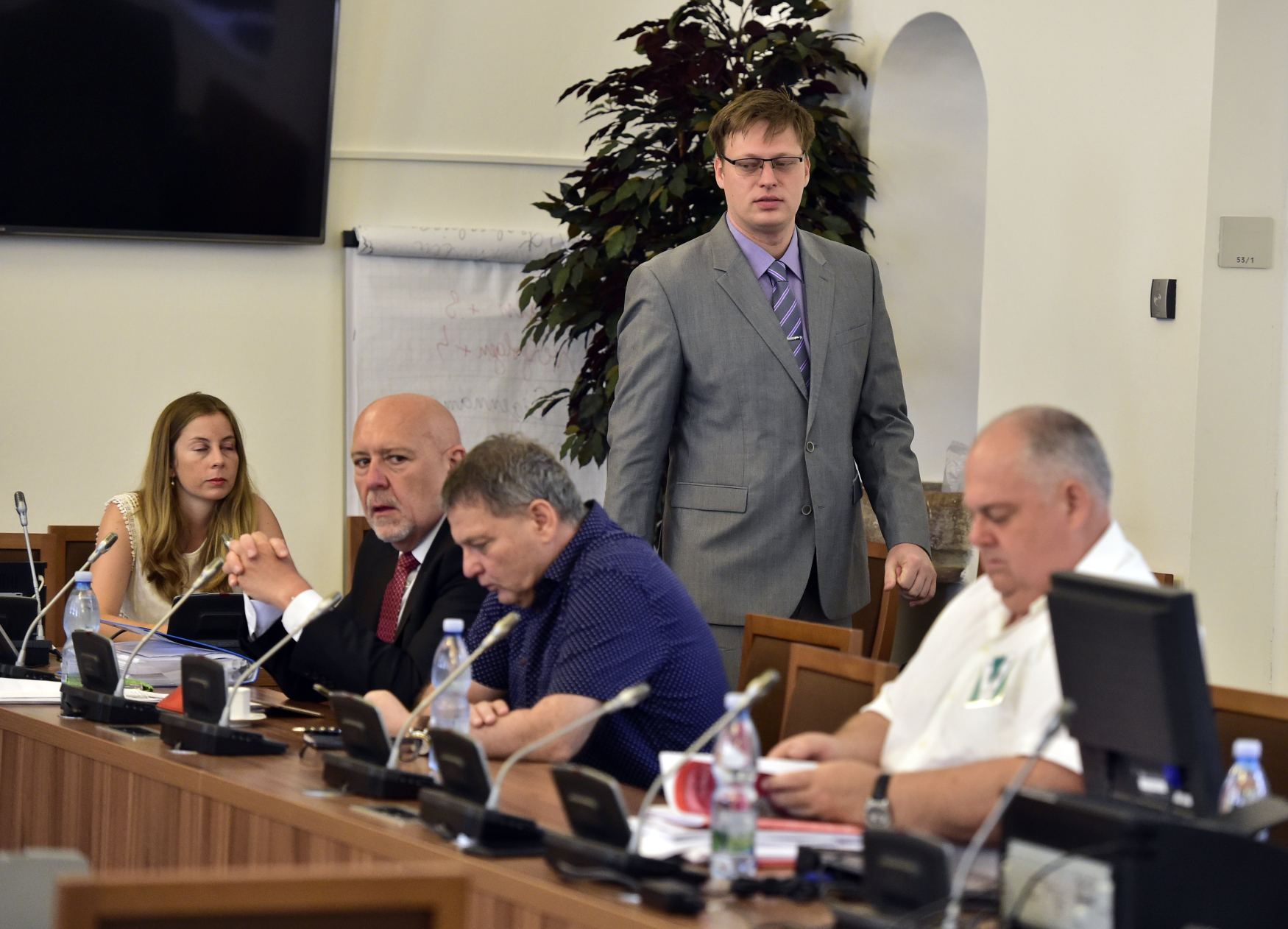 Sněmovní vyšetřovací komise k prověřování privatizace OKD, předseda komise Lukáš Černohorský (uprostřed nahoře)