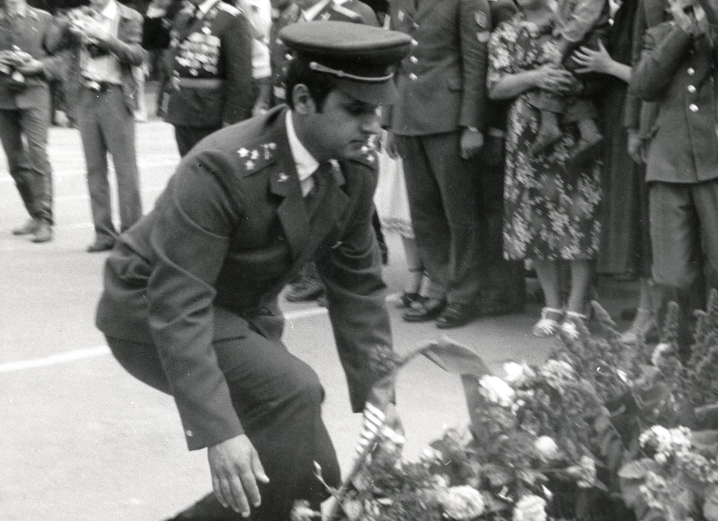 Josef Nitra při kladení věnců (Lvov, 1981)