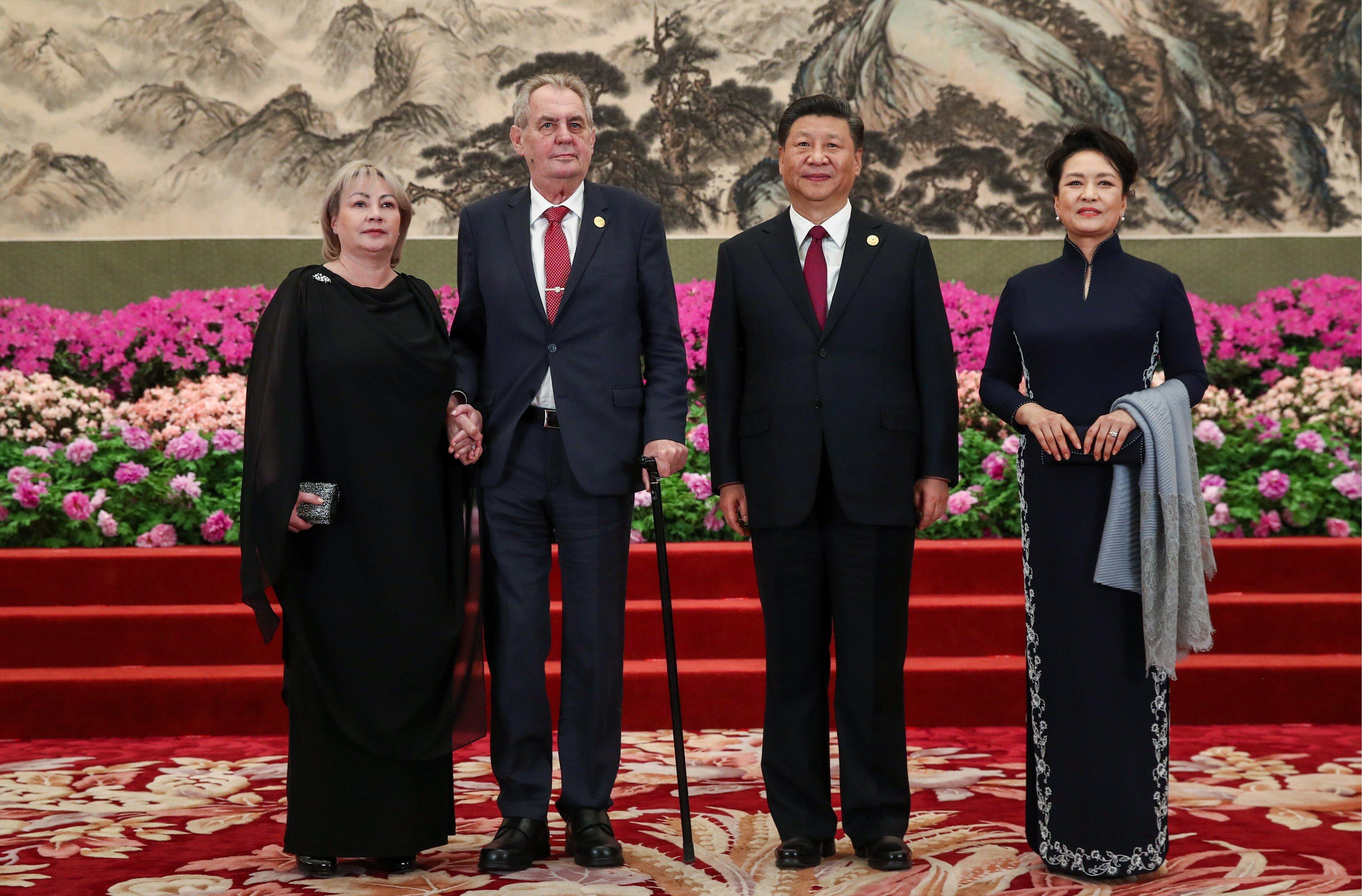 Český prezident Miloš Zeman a čínský prezident Si Ťin-pching, oba v doprovodu manželek
