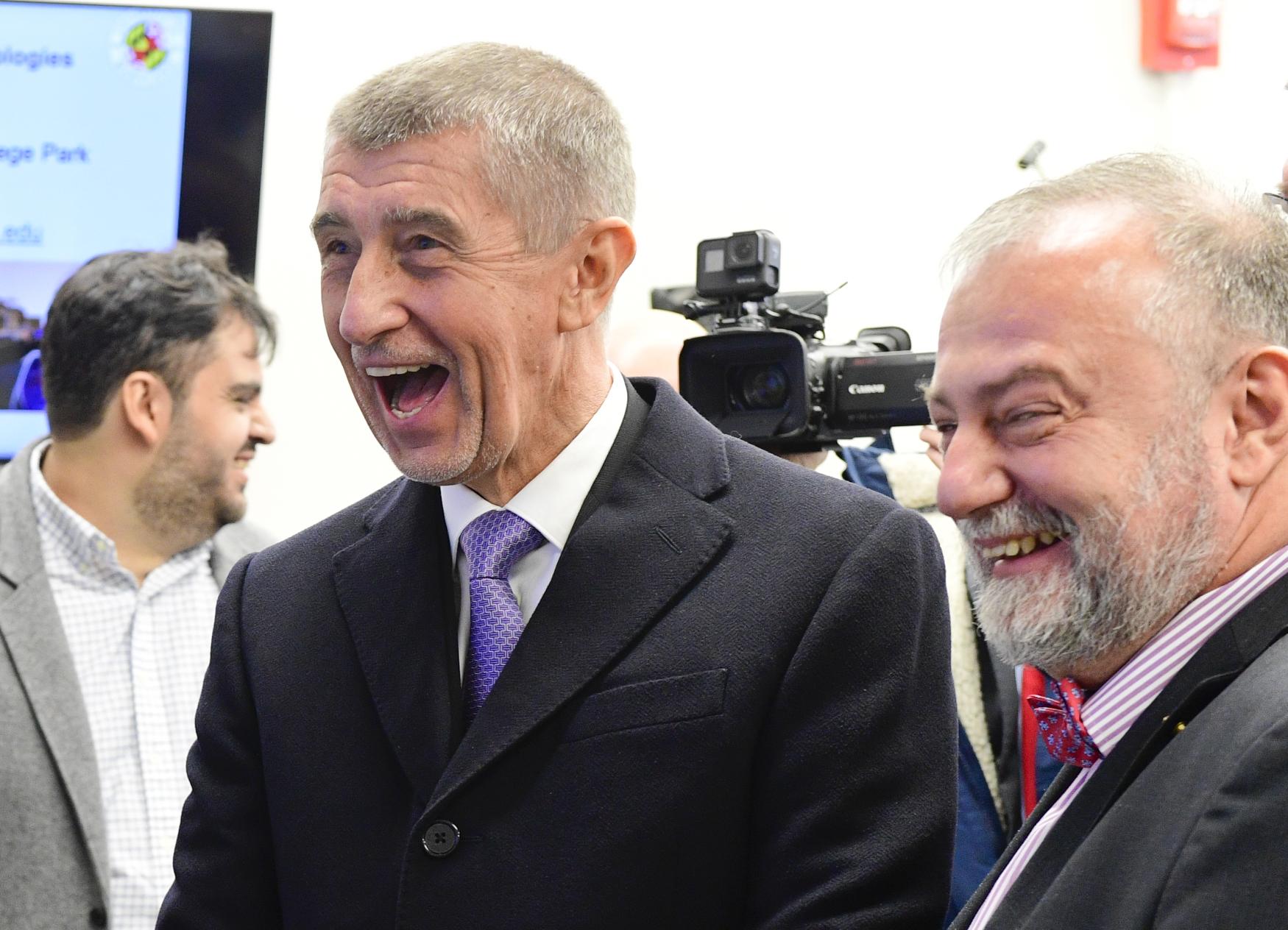 Premiér Andrej Babiš ve Washingtonu, vpravo český velvyslanec v USA Hynek Kmoníček