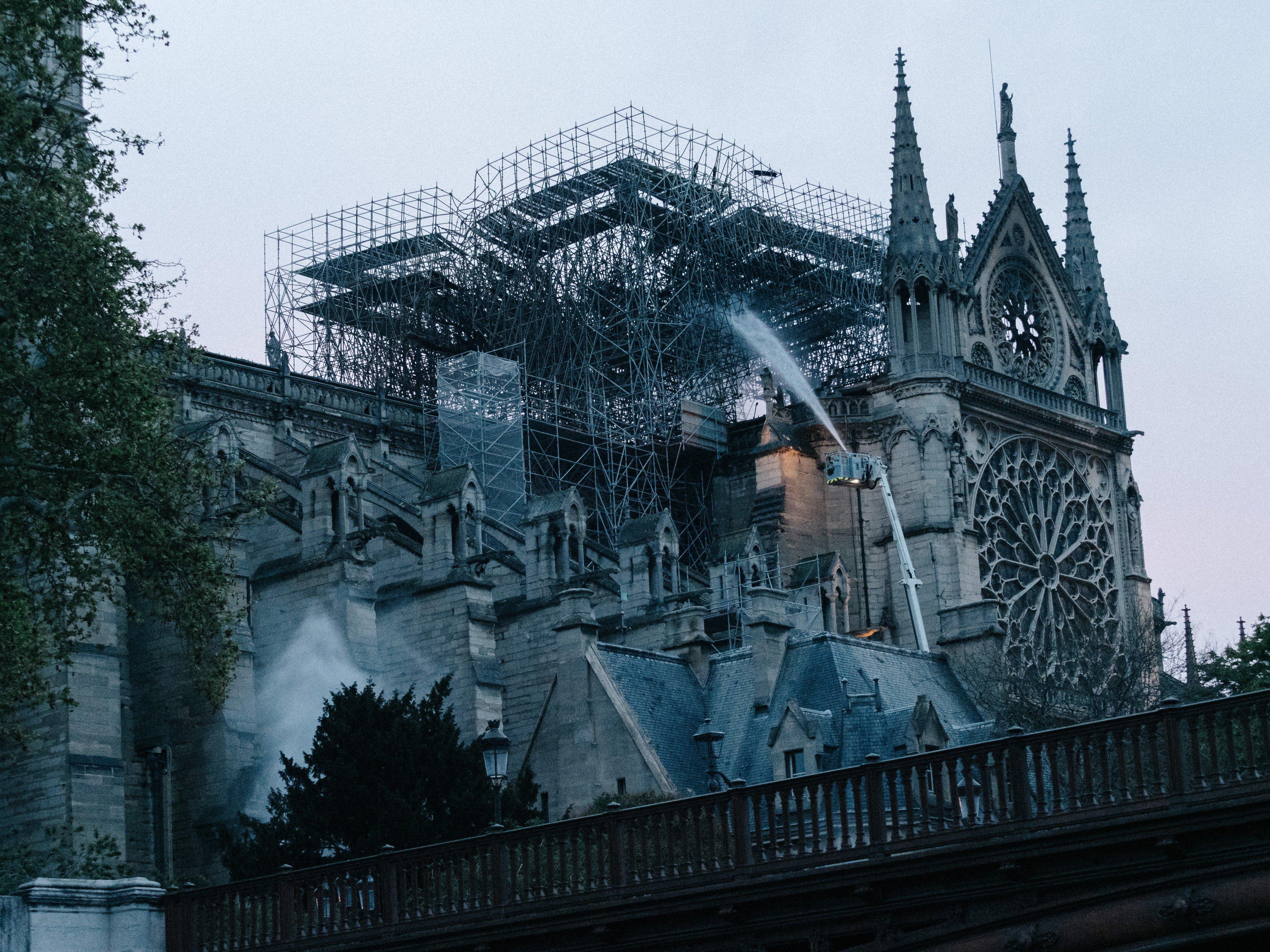 Pařížská katedrála Notre-Dame v úterý ráno
