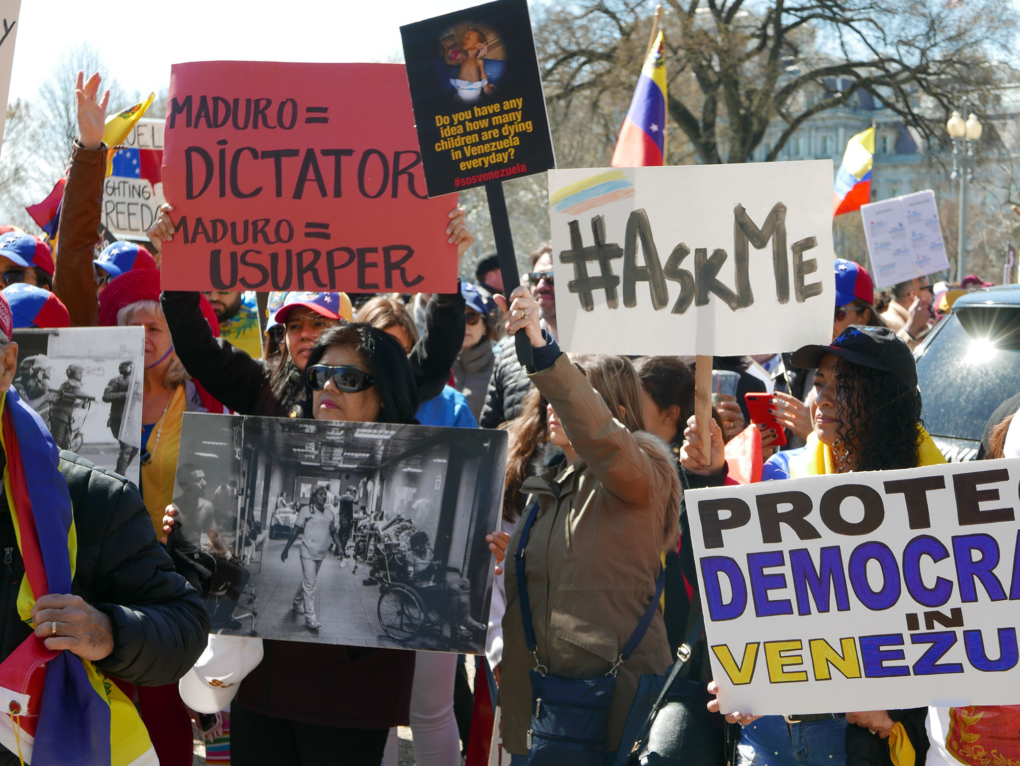 Demonstrace proti Nicolasi Madurovi ve Washingtonu