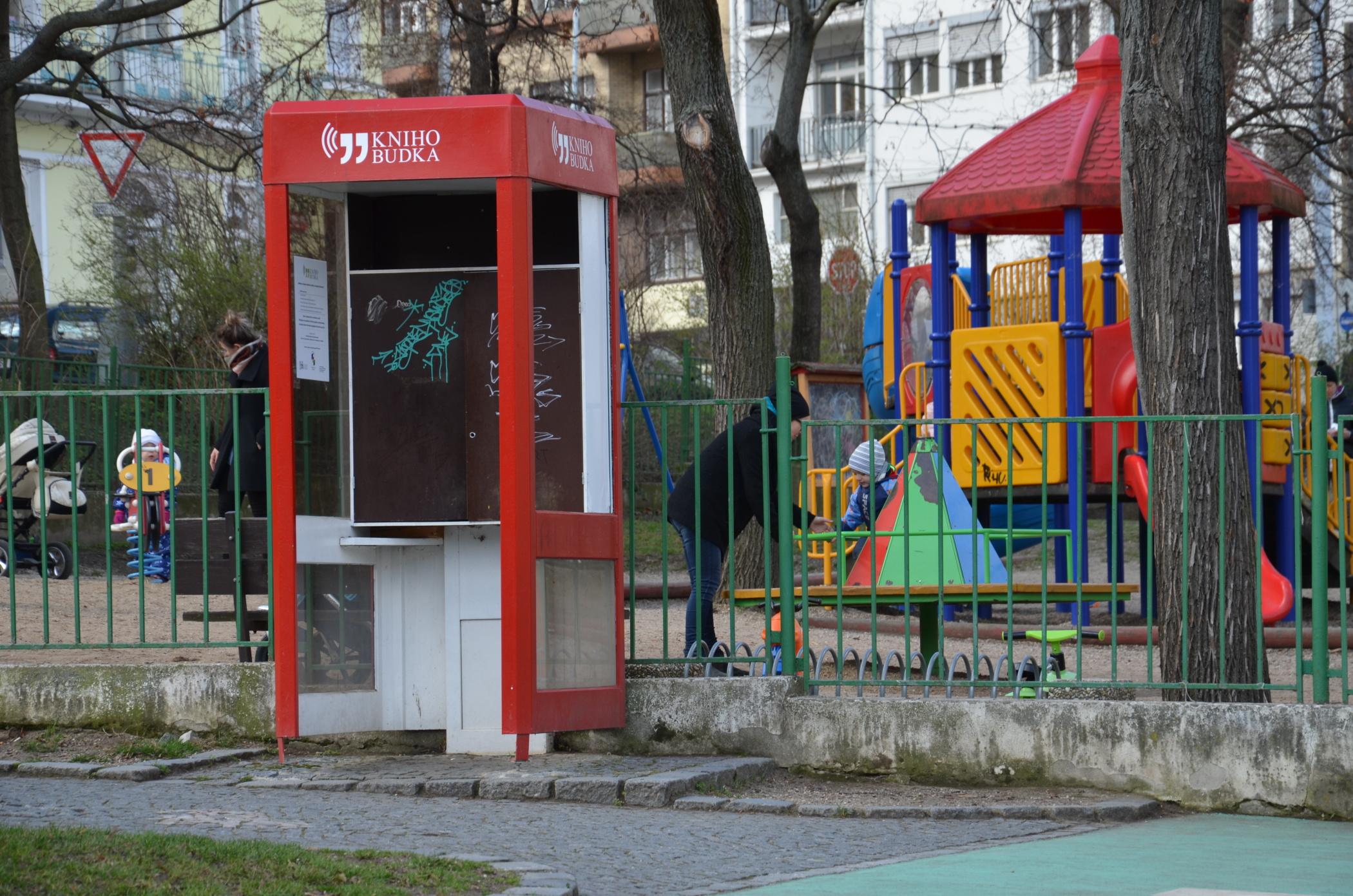 Staré telefonní budky slouží jako veřejné knihovny