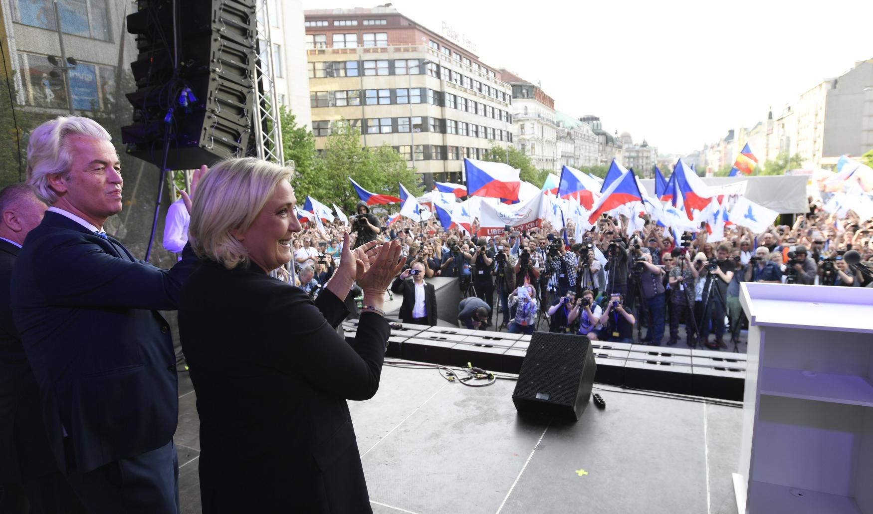 Demonstrace proti Evropské unii se na Václavaském náměstí zúčastnila i Marine Le Penová a Geert Wilders