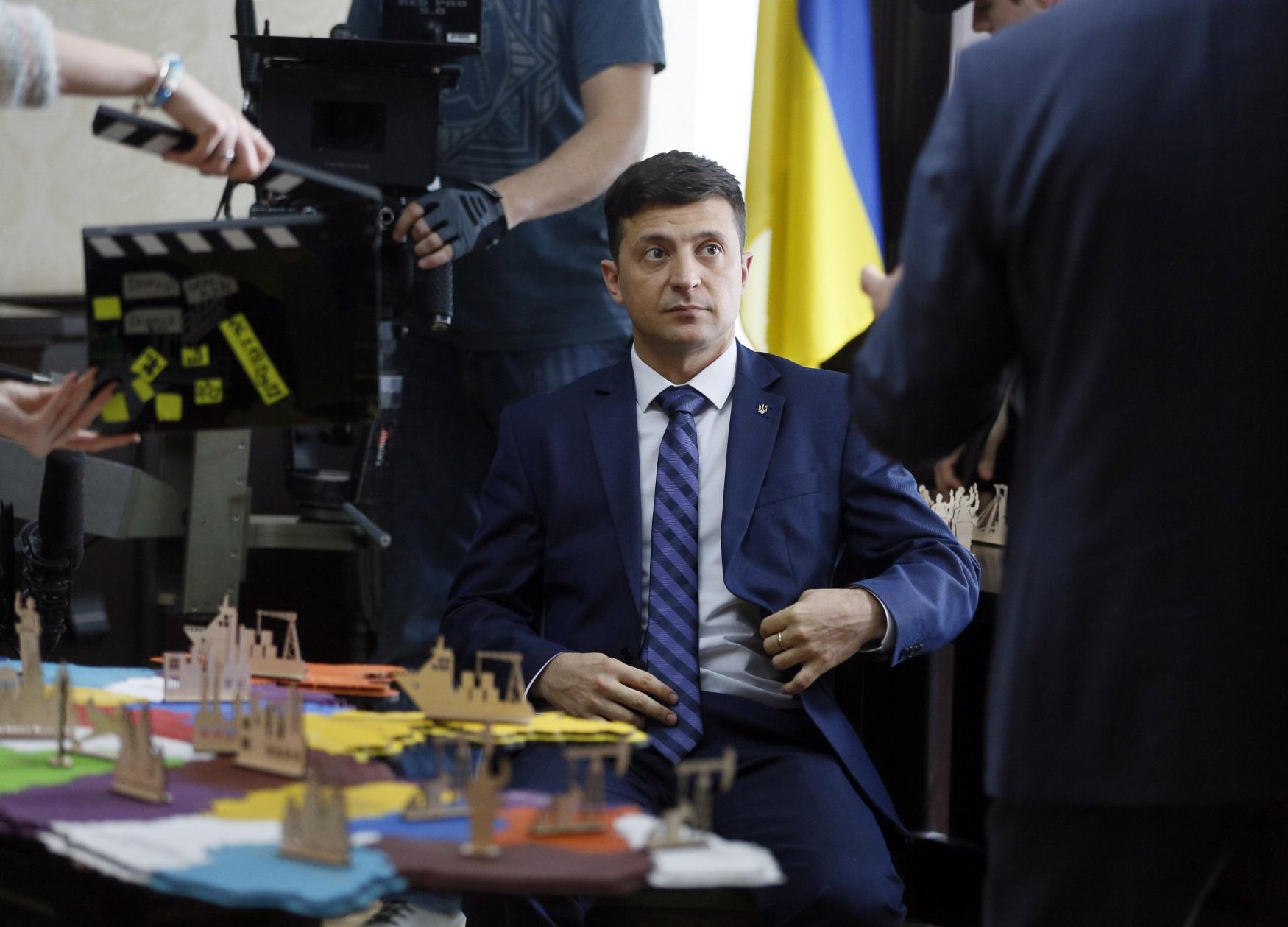 Volodymyr Zelenskyj při natáčení svého televizního pořadu, ve kterém hraje fiktivního ukrajinského prezidenta. Na toho skutečného nyní kandiduje