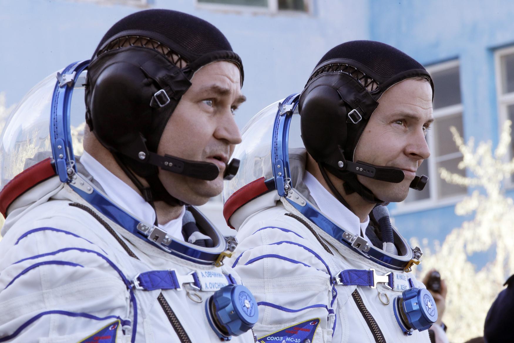 Zleva Alexej Ovčinin a Nick Hague, posádka lodě Sojuz MS-10 před startem