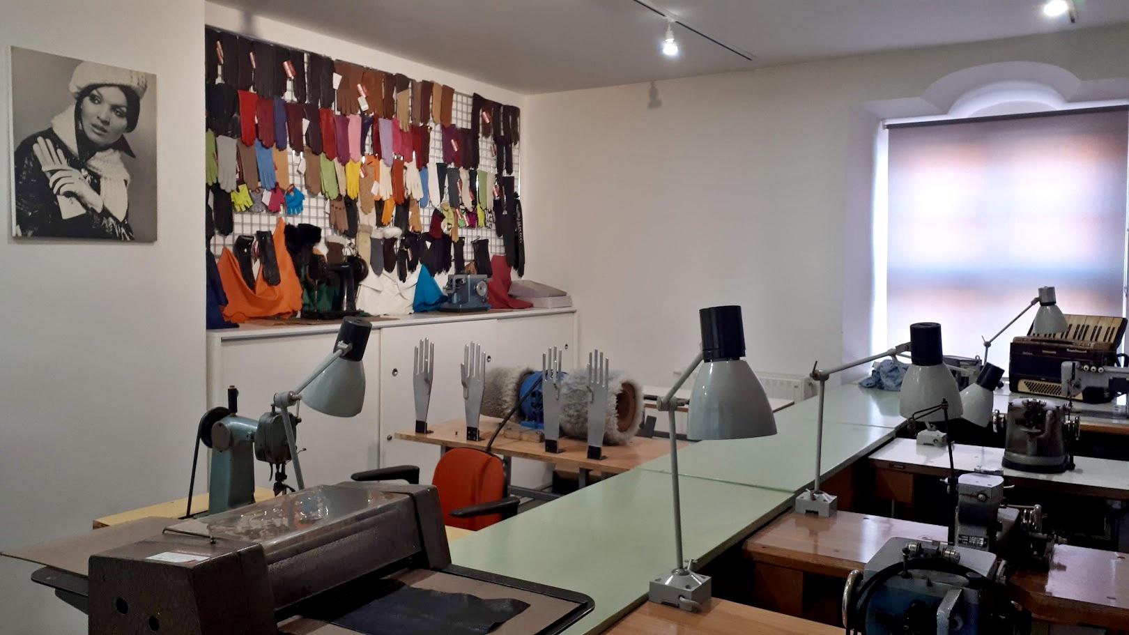 Součástí expozice Muzea Dobříš je rukavičkářská dílna. Několikrát za rok tady můžete sledovat při práci švadleny a žehlířky
