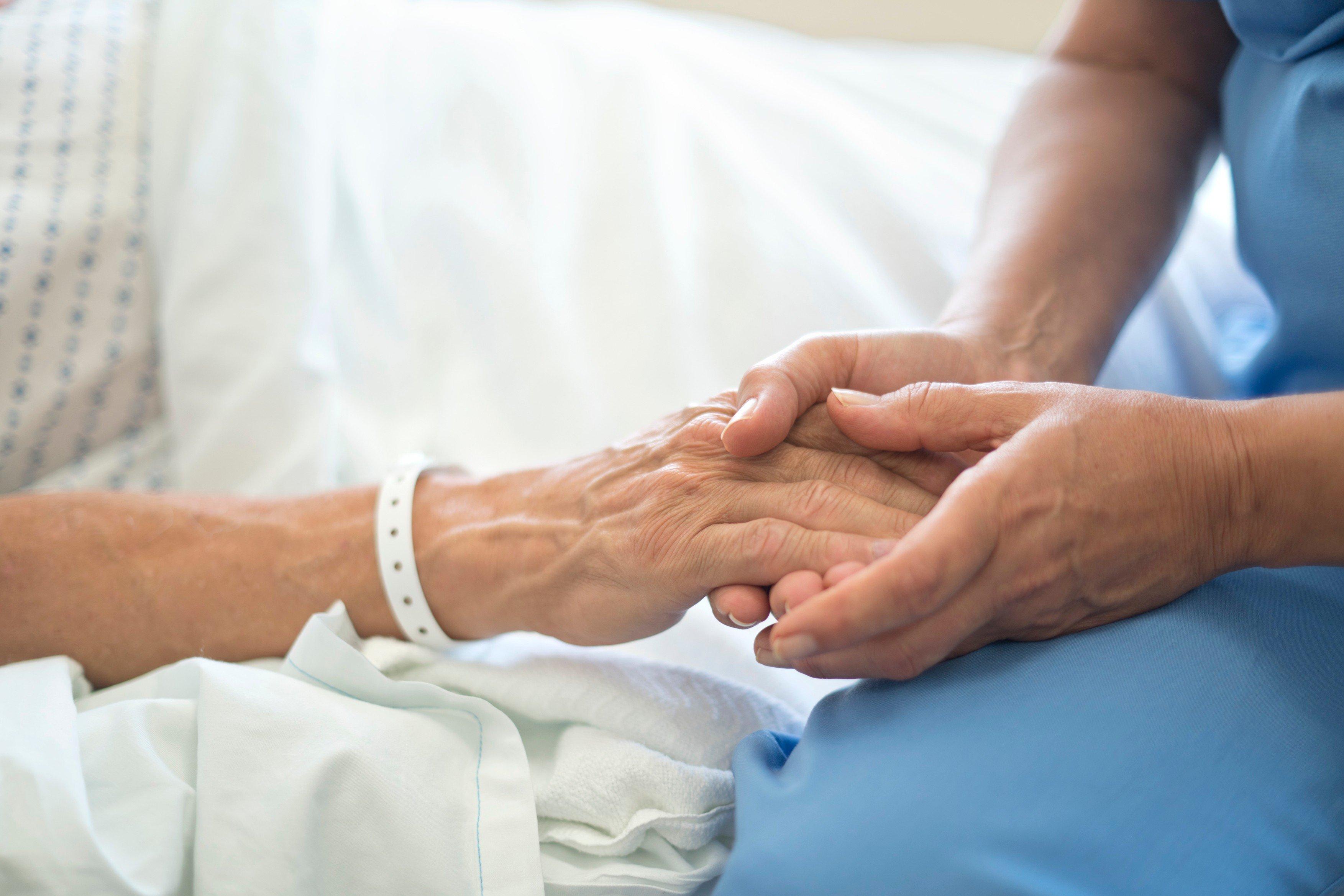 senior v nemocnici, hospic, umírání, nevyléčitelně nemocný, zdravotní sestra