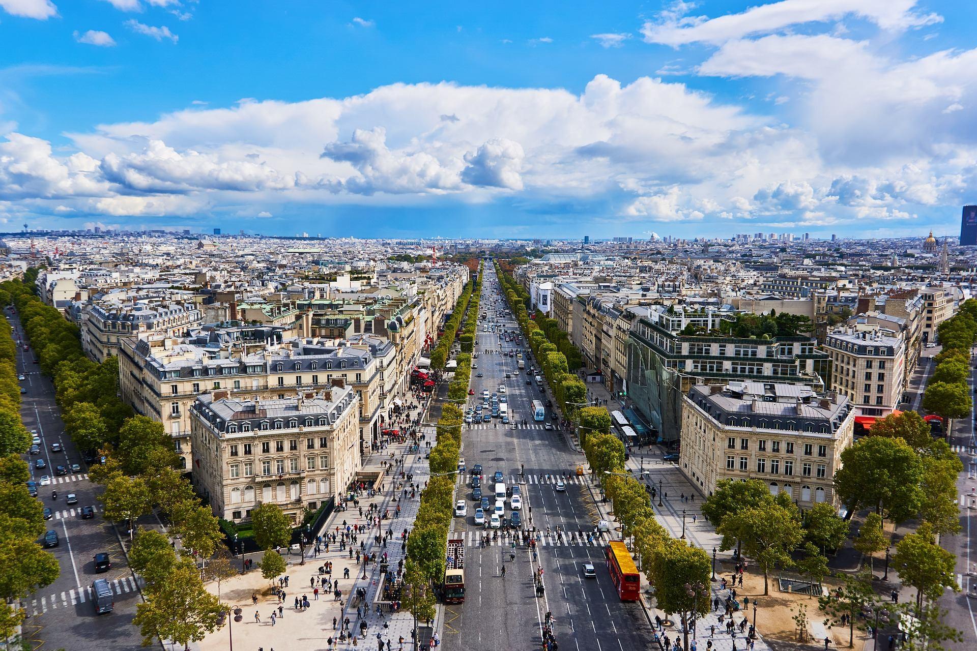 Auta a turisté na Champs-Elyseés museli v neděli večer uvolnit místo fotbalové horečce. Francouzský tým získal titul mistrů světa a dnes ho triumfálně přiveze do Paříže.