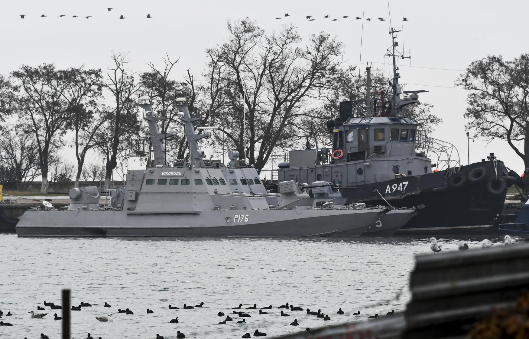 Tři ukrajinské lodě kotvící v přístavním městě Kerč na Krymu