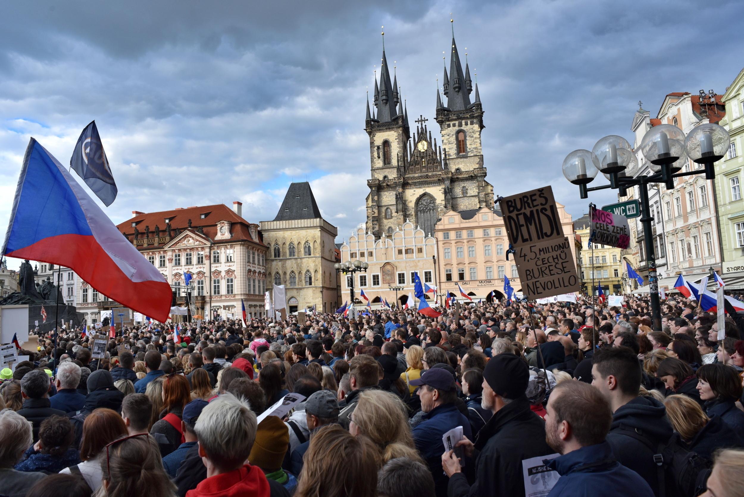 Lidé přišli demonstrovat na Staroměstské náměstí