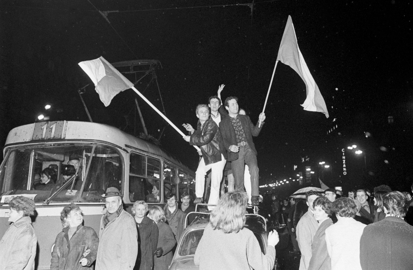 Pražané na Václavském náměstí 28. 3. 1969 během oslav vítězství čs. hokejistů nad týmem Sovětského svazu 4:3 na Mistrovství světa v ledním hokeji ve Stockholmu