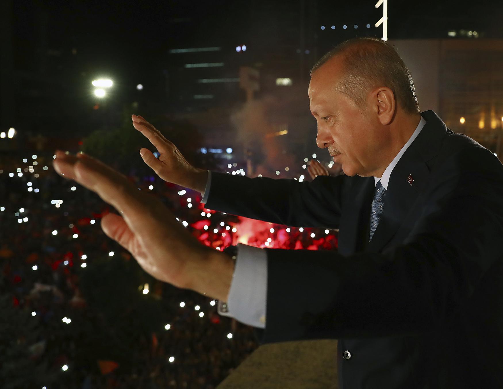Turecké parlamentní a prezidentské volby dopadly tak, jak doufal Racep Tayyip Erdogan a jak se obávala opozice