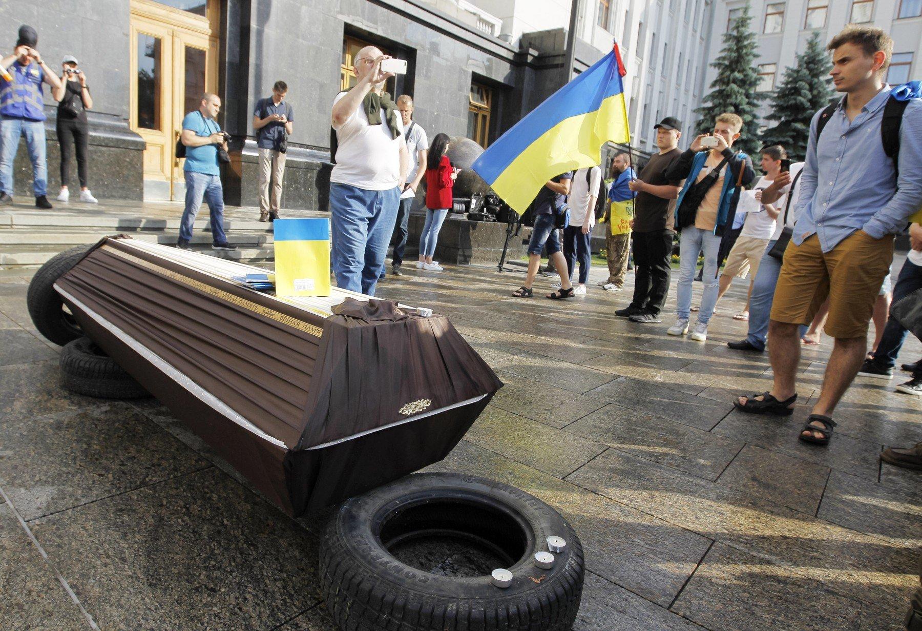 Symbolické pohřbívání ukrajinské ústavy na protest proti rozhodnutí Rady Evropy vrátit Rusku hlasovací práva