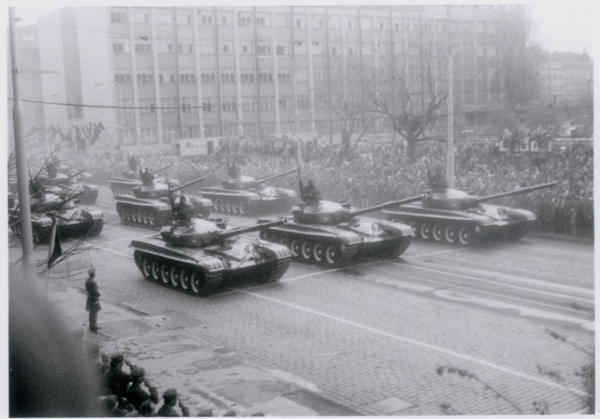 Vojenská přehlídka v Praze na Letenské pláni na výročí konce 2. světové války 9. května 1985