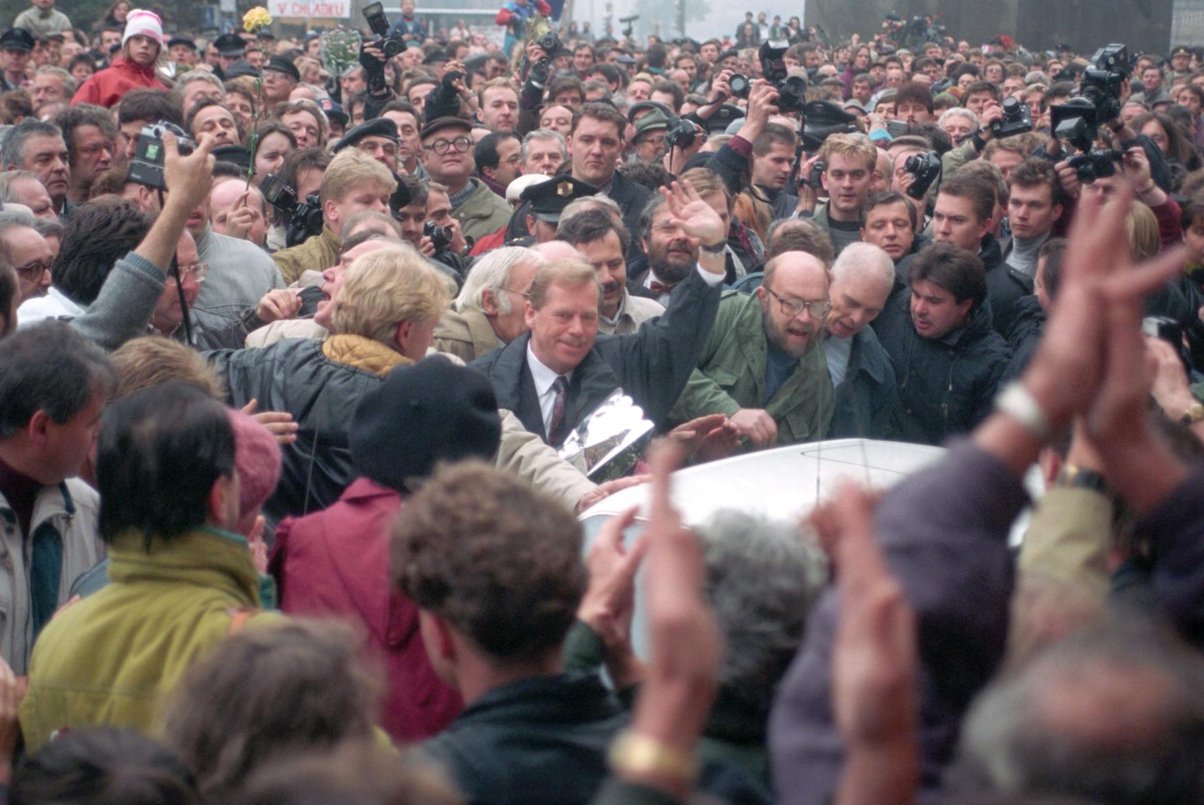 Oslava 75. výročí vzniku Československa v Praze - slavnostní akt u sochy sv. Václava na Václavském náměstí 28. října 1993
