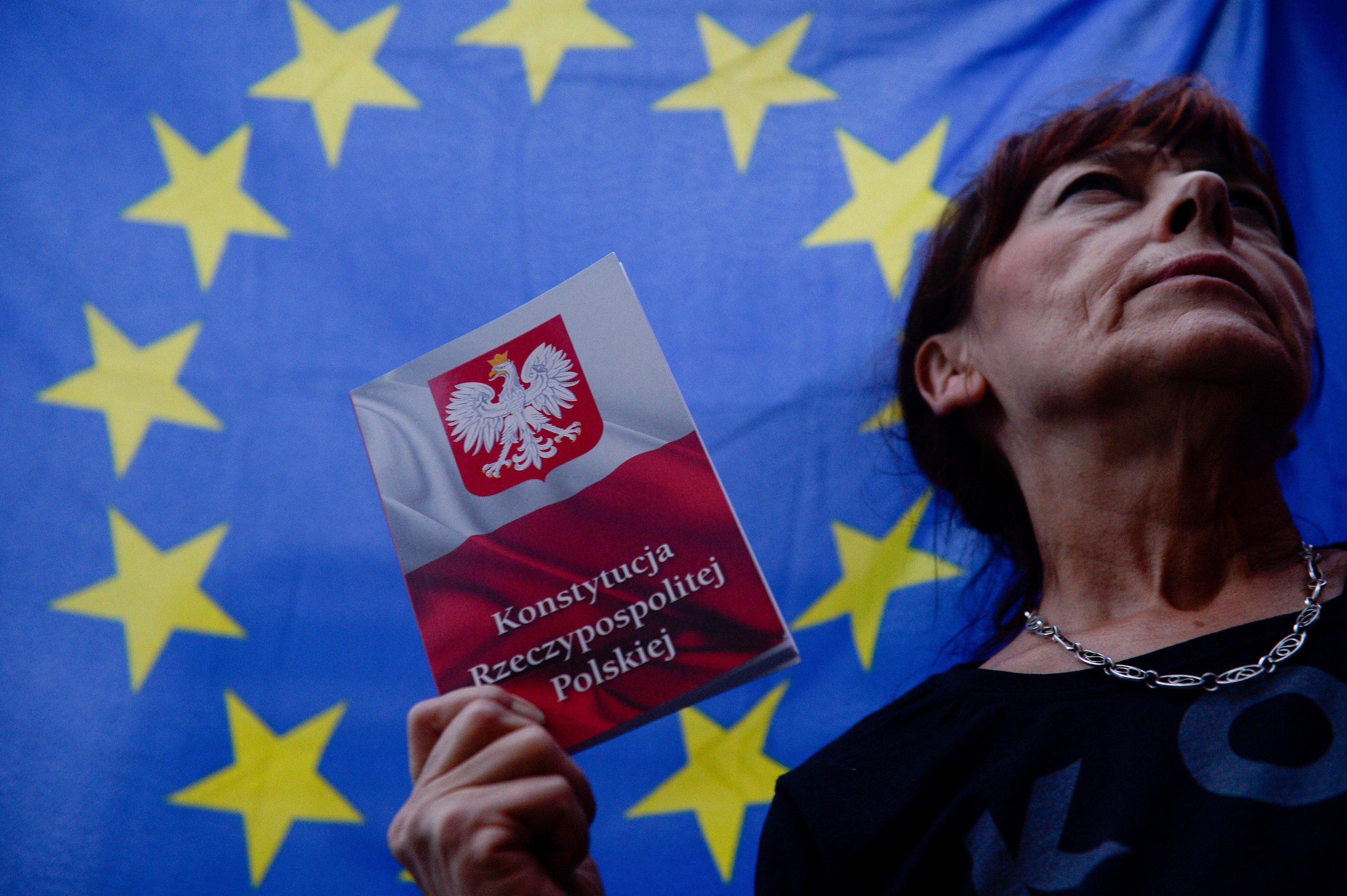 Žena s polskou ústavou