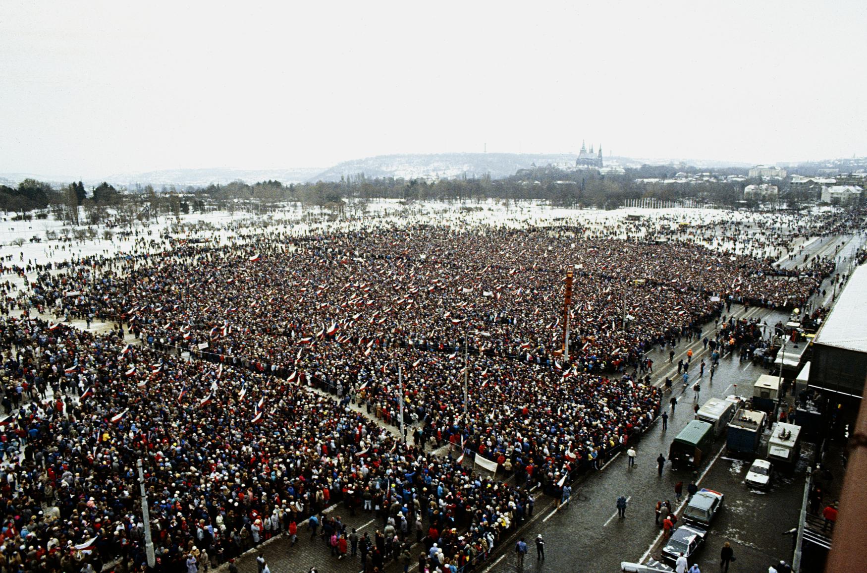 Více než půl milionu lidí se sešlo 26.listopadu 1989 na pražské Letenské pláni