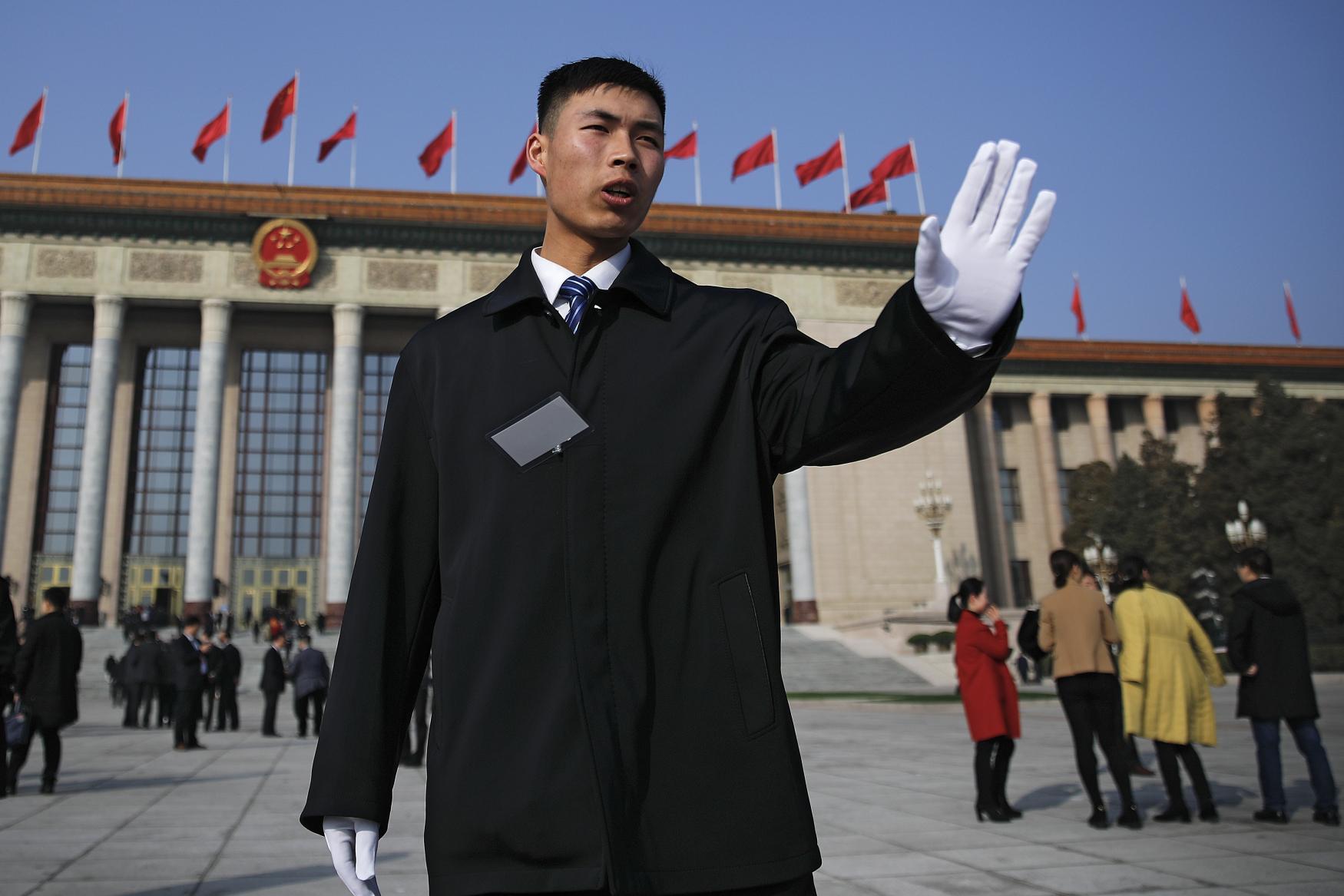Voják před Velkým sálem lidu v Pekingu