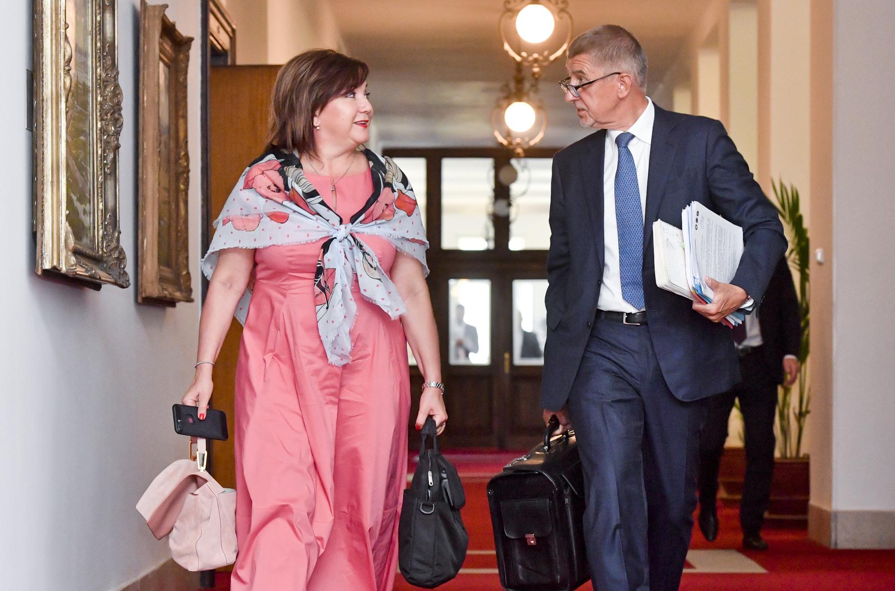 Ministryně financí Alena Schillerová a premiér Andrej Babiš na jednání vlády