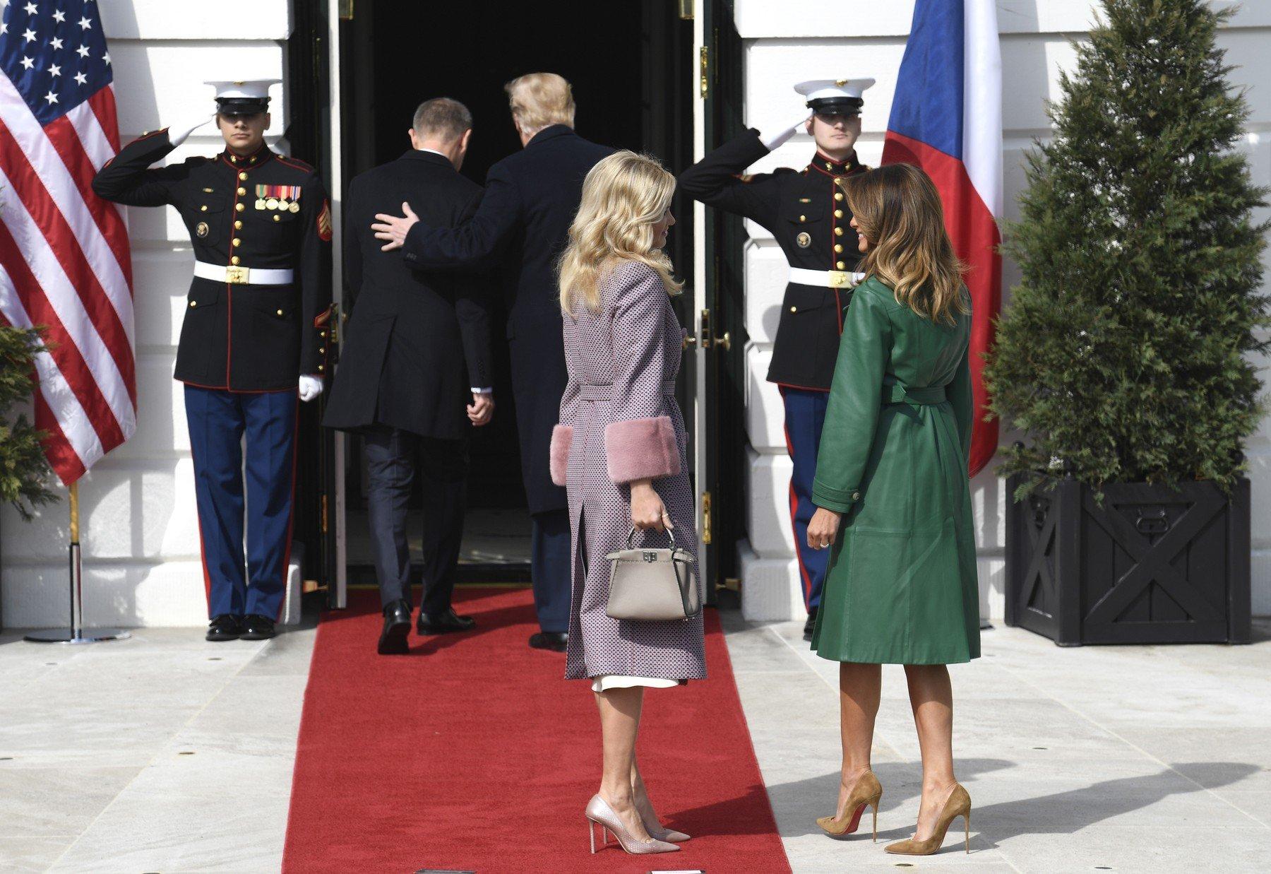 Melania Trumpová a Monika Babišová před vchodem do Bílého domu