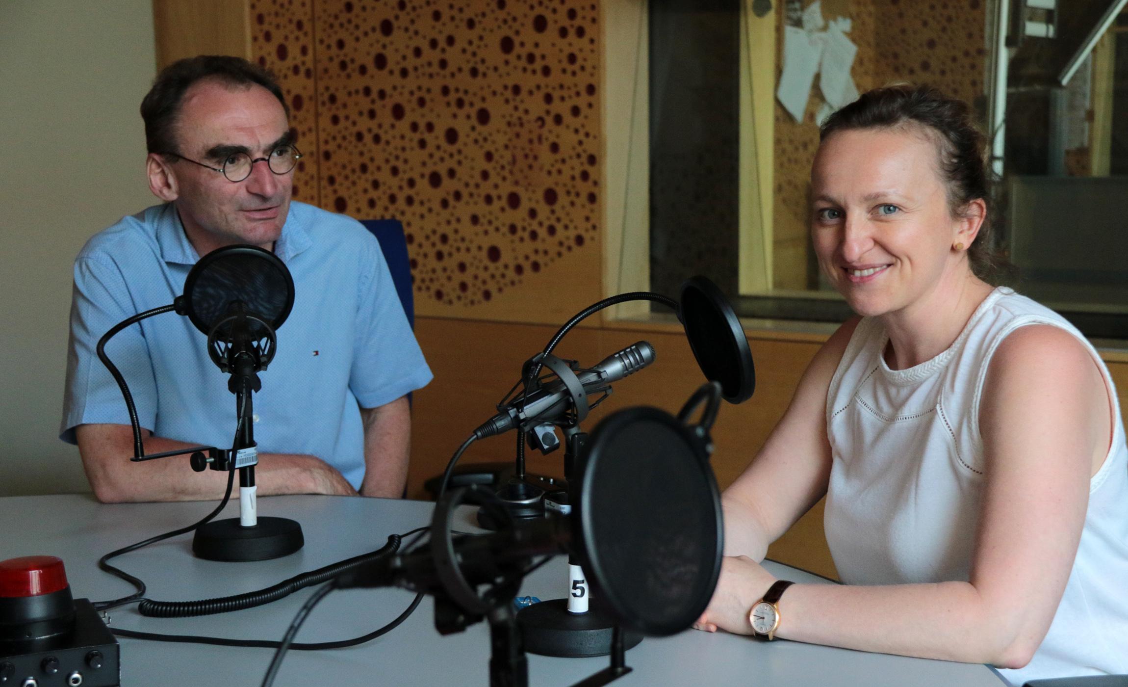 Petr Šabata a moderátorka podcastu Lenka Kabrhelová