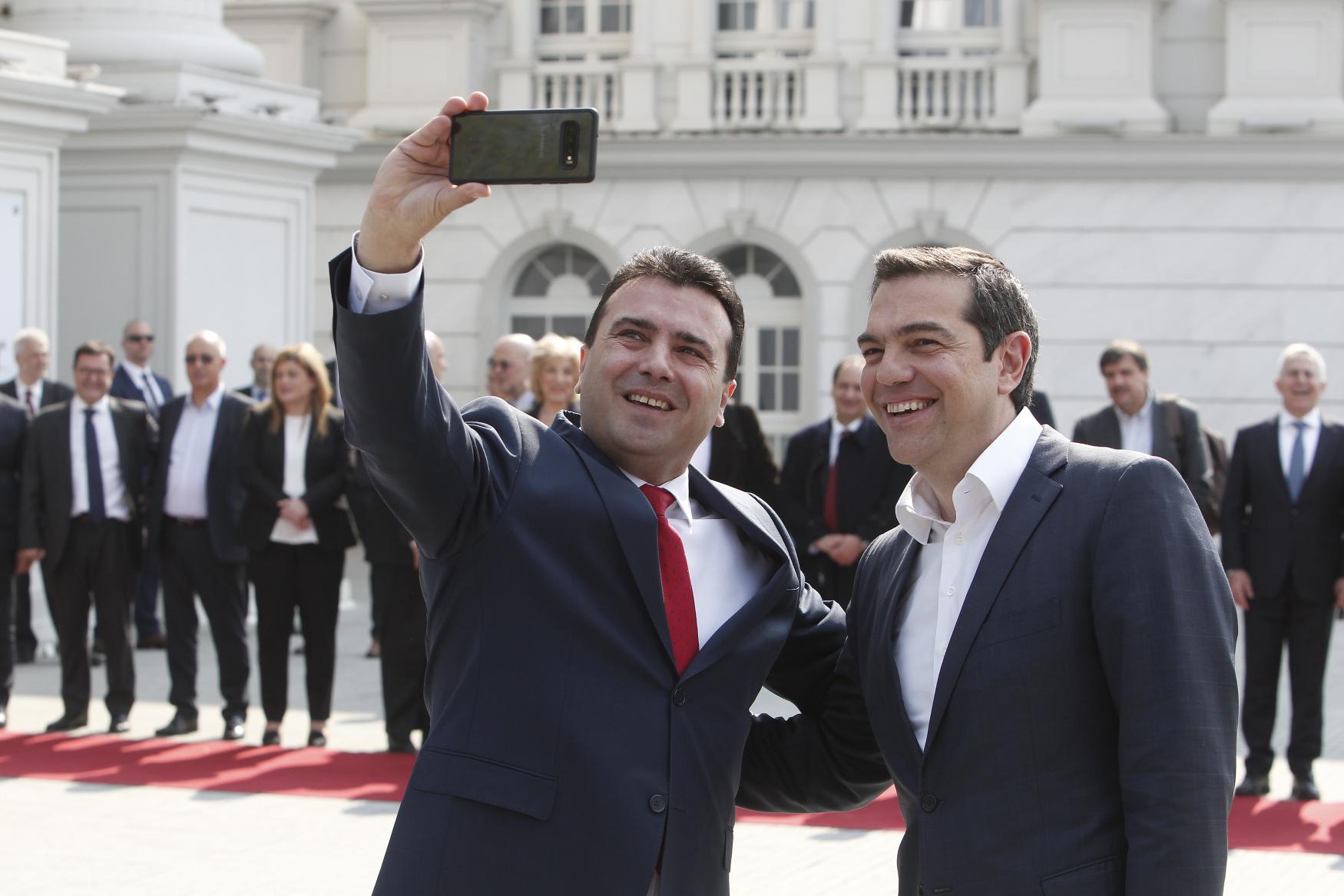Zleva premiér Severní Makedonie Zoran Zaev a řecký premiér Alexis Tsipras