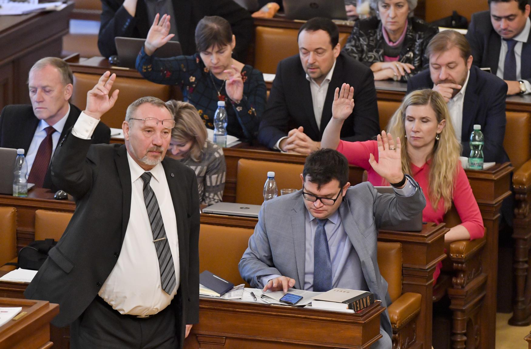 Hlasování o novele zákona o církevních restitucích na schůzi Poslanecké sněmovny, vepředu stojící šéf poslaneckého klubu KSČM Pavel Kováčik