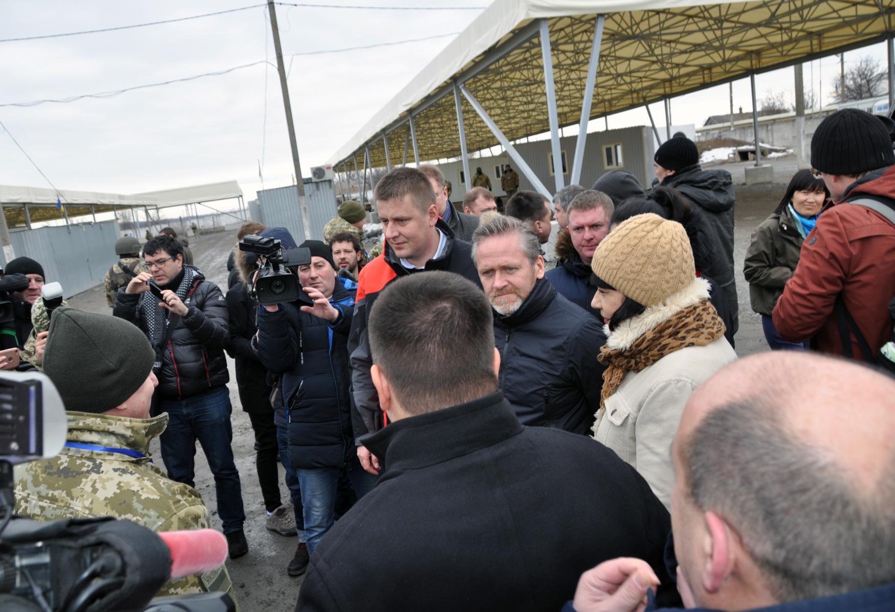 Český ministr zahraničních věcí Tomáš Petříček (uprostřed) navštívil východoukrajinský přístav Mariupol u Azovského moře