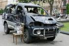 Automobil dobrovolníků zasažený palbou separatistů s kasičkou na příspěvky dobrovolníkům