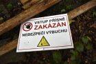 Vlachovice-Vrbětice. cedule během uzavření oblasti z důvodu odstrańování munice po výbuchu 2014