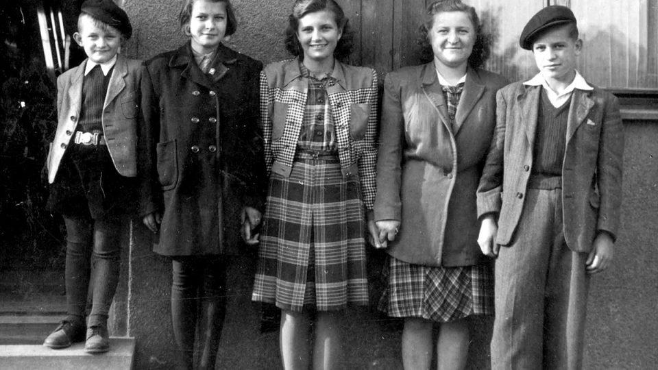 Pětice ze 17 přeživších lidických dětí v roce 1947 v Kročehlavech – zleva: Václav Zelenka, Věra Vokatá, Marie Doležalová, Marie Hanfová, Václav Hanf