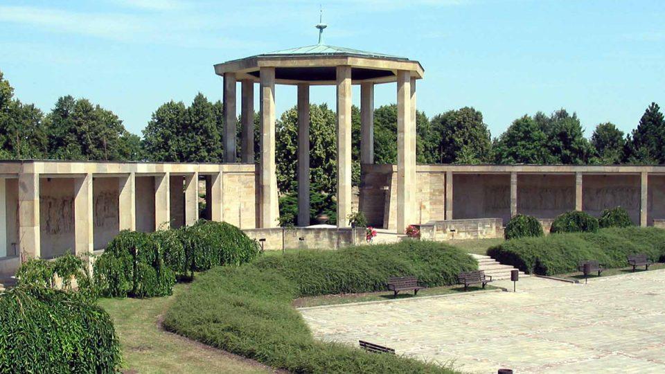 Lidický památník na pietním území zničené obce