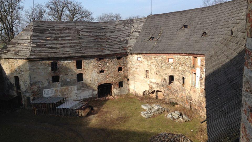 Rožmitál pod Třemšínem. Dvůr chátrajícího zámku