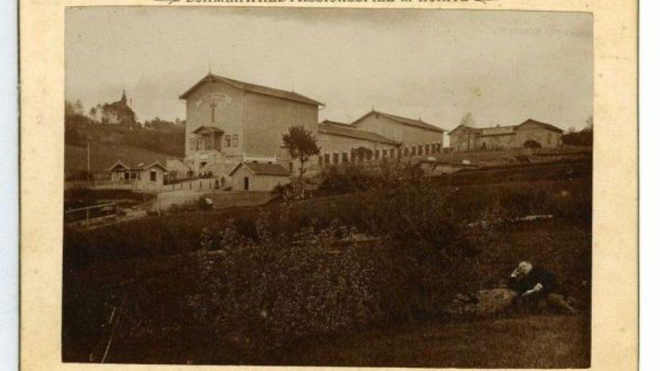 Pašijové divadlo v Hořicích na Šumavě a kaple Panny Marie Bolestné, 1894