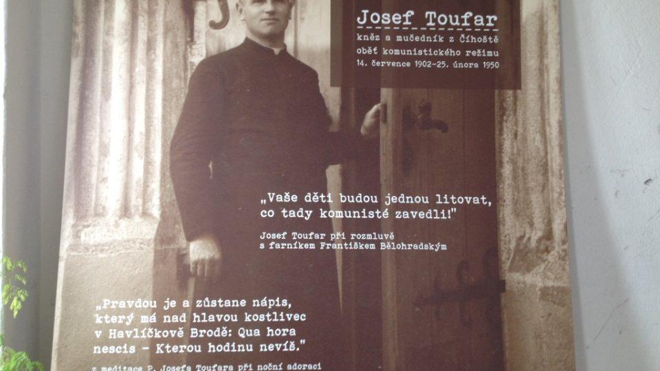 Kardinál Dominik Duka slouží v Číhošti mši za Josefa Toufara, připravena je i výstava o farářově tragickém osudu