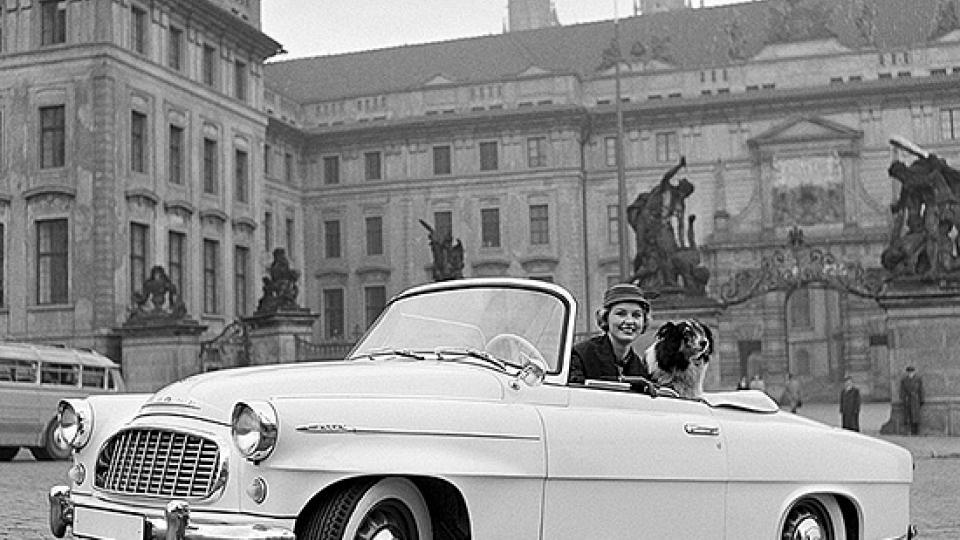 Škoda 450 a Charlotte Sheffield, Miss USA. Reklamní fotografie Viléma Heckela z roku 1957