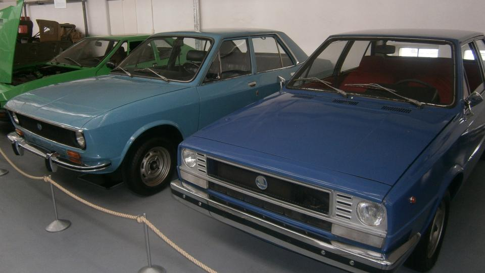 Vlevo Škoda 720 - pokus o české BMW a vpravo Škoda 781 z počátku 80. let